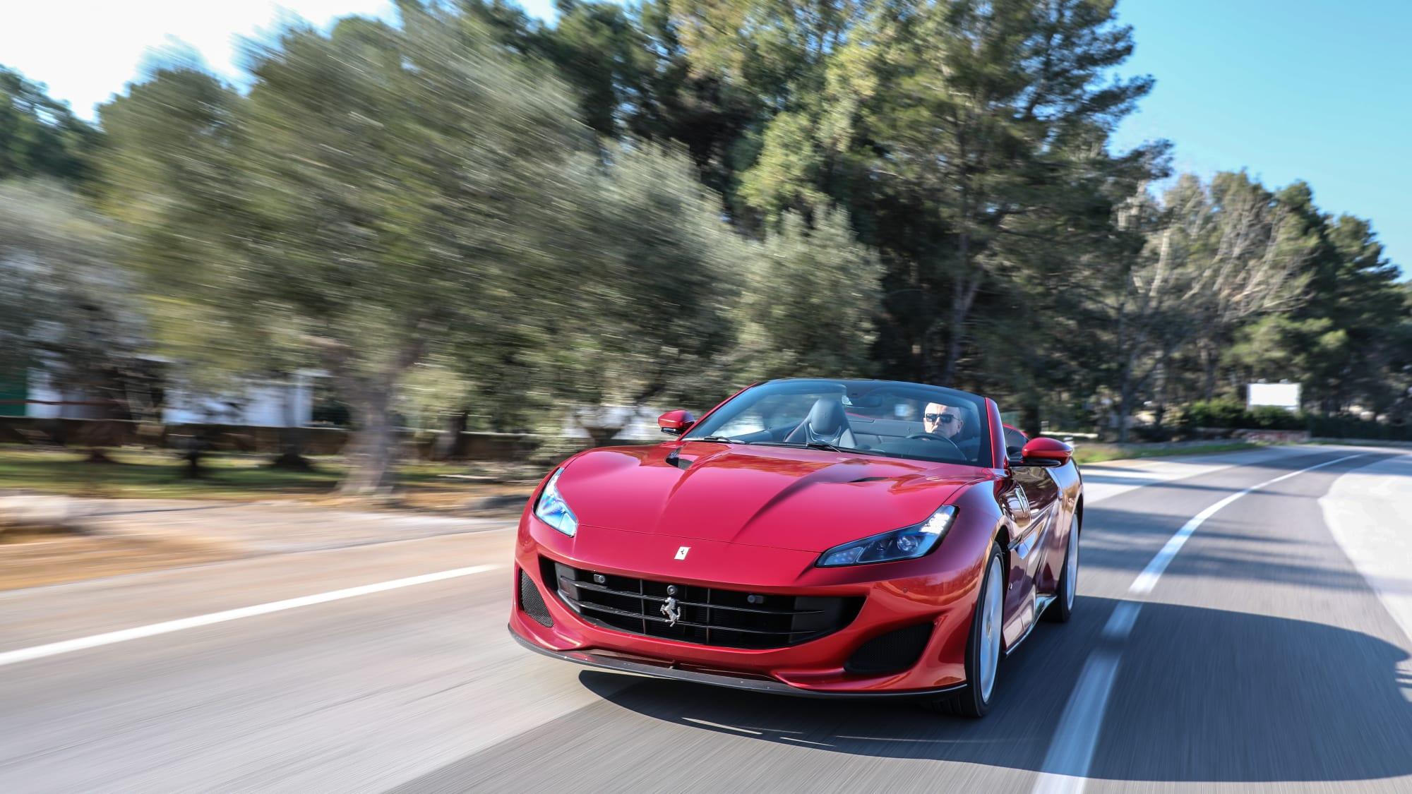 Frontansicht des Ferrari Portofino fahrend