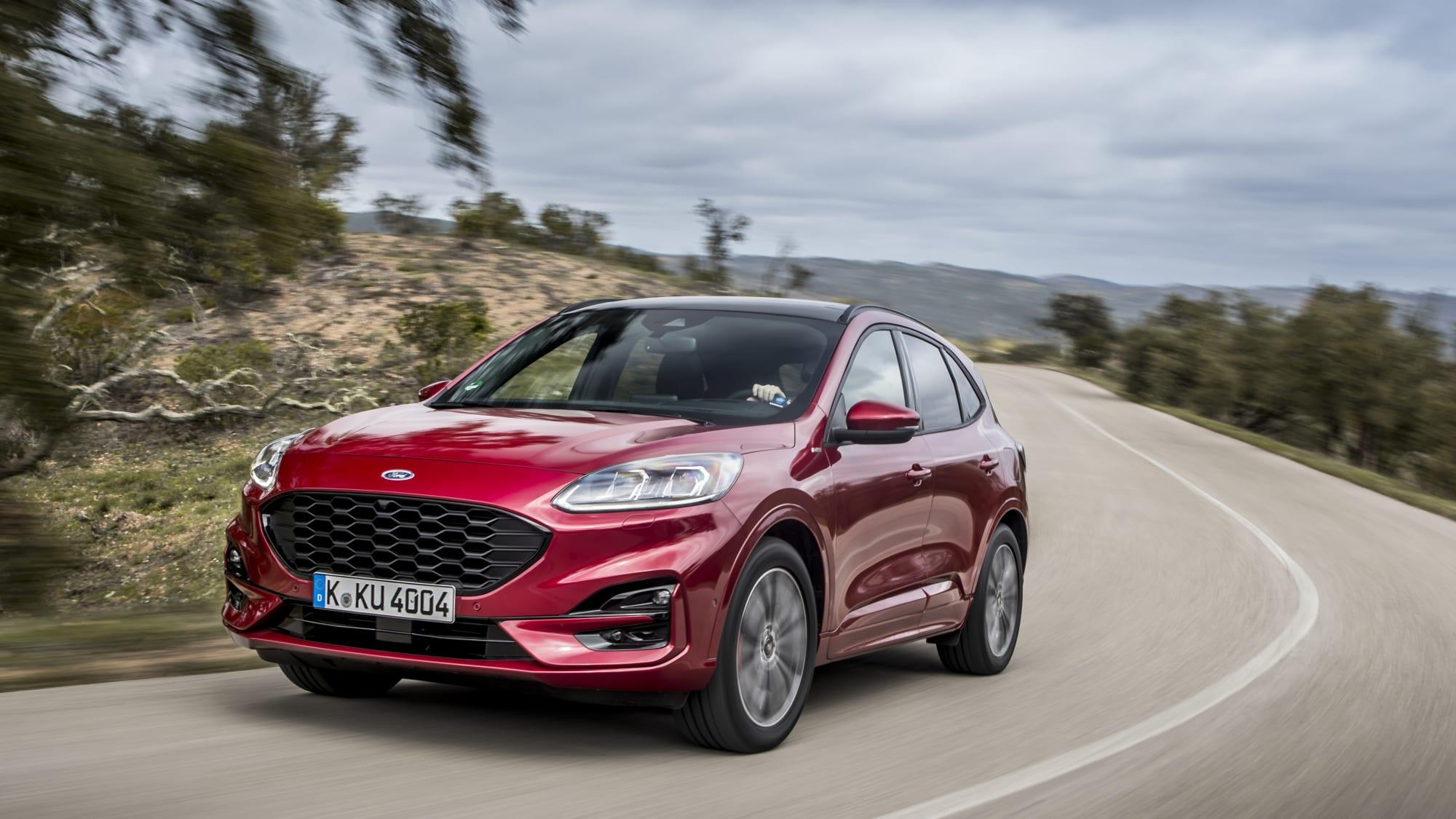 Ford Kuga Hybrid fährt dynamisch auf einer Strasse