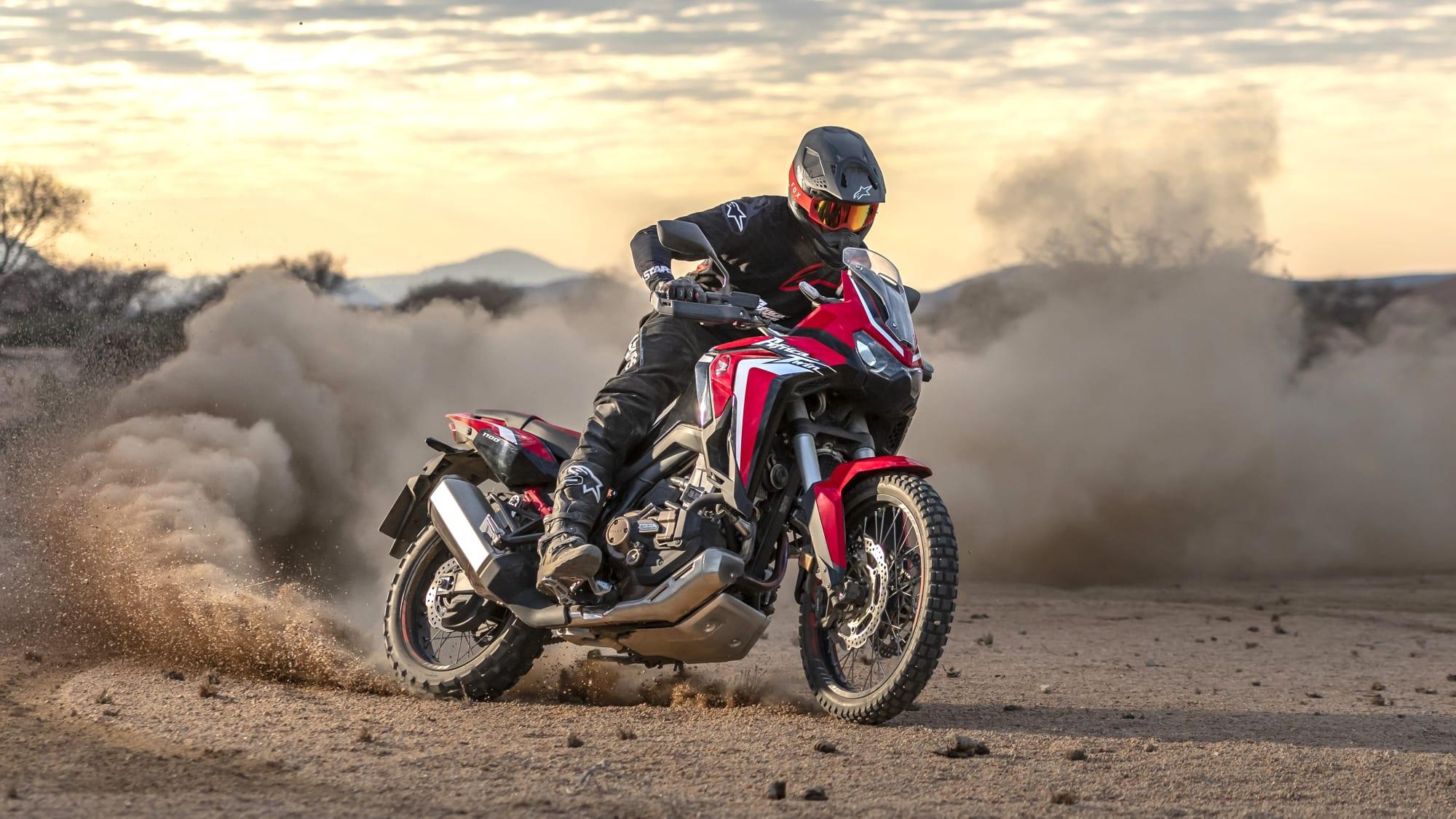 Motorradfahrer fährt auf der Honda Africa Twin CRF1100