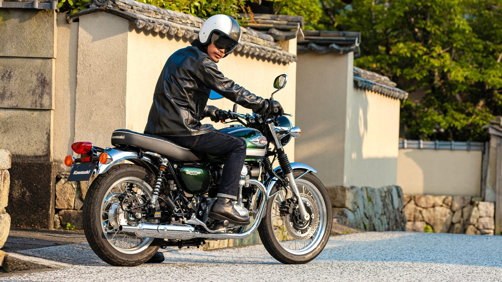 Mann sitzt auf Kawasaki W800
