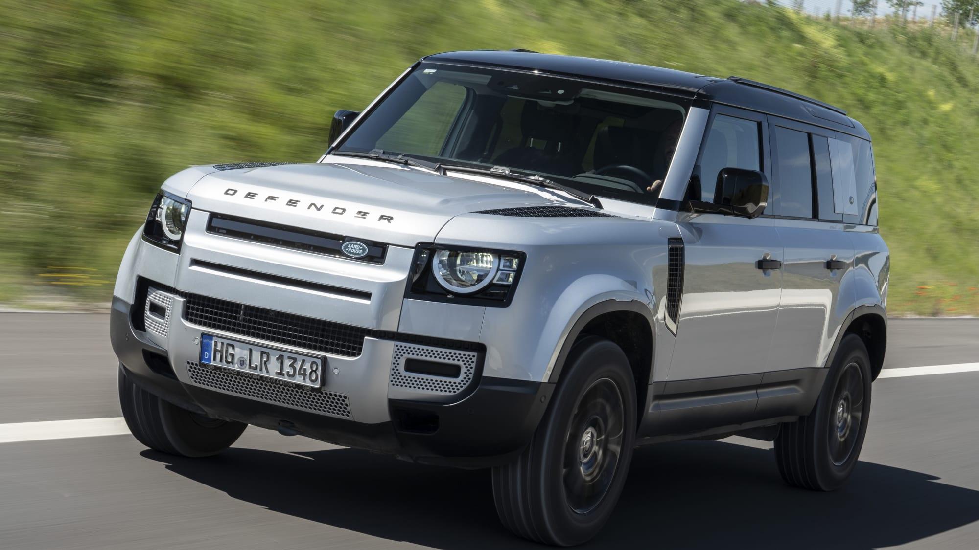Fahrender Land Rover Defender von vorne