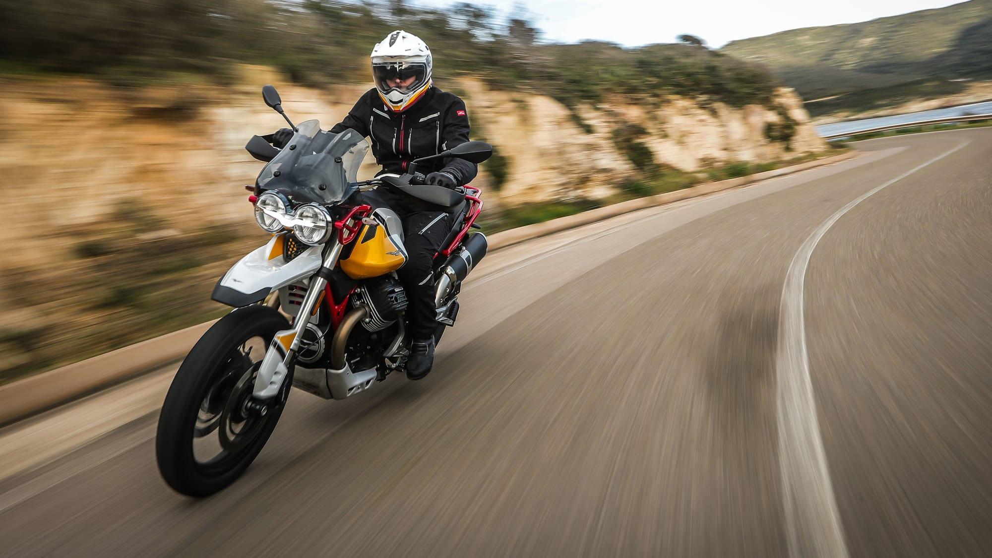 Moto Guzzi V85 TT fahrend in der Kurve
