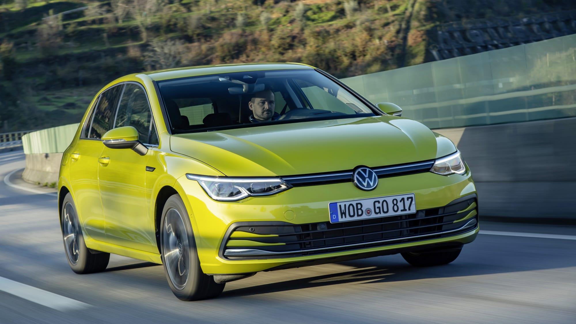 VW Golf 8 fahrend auf der Straße