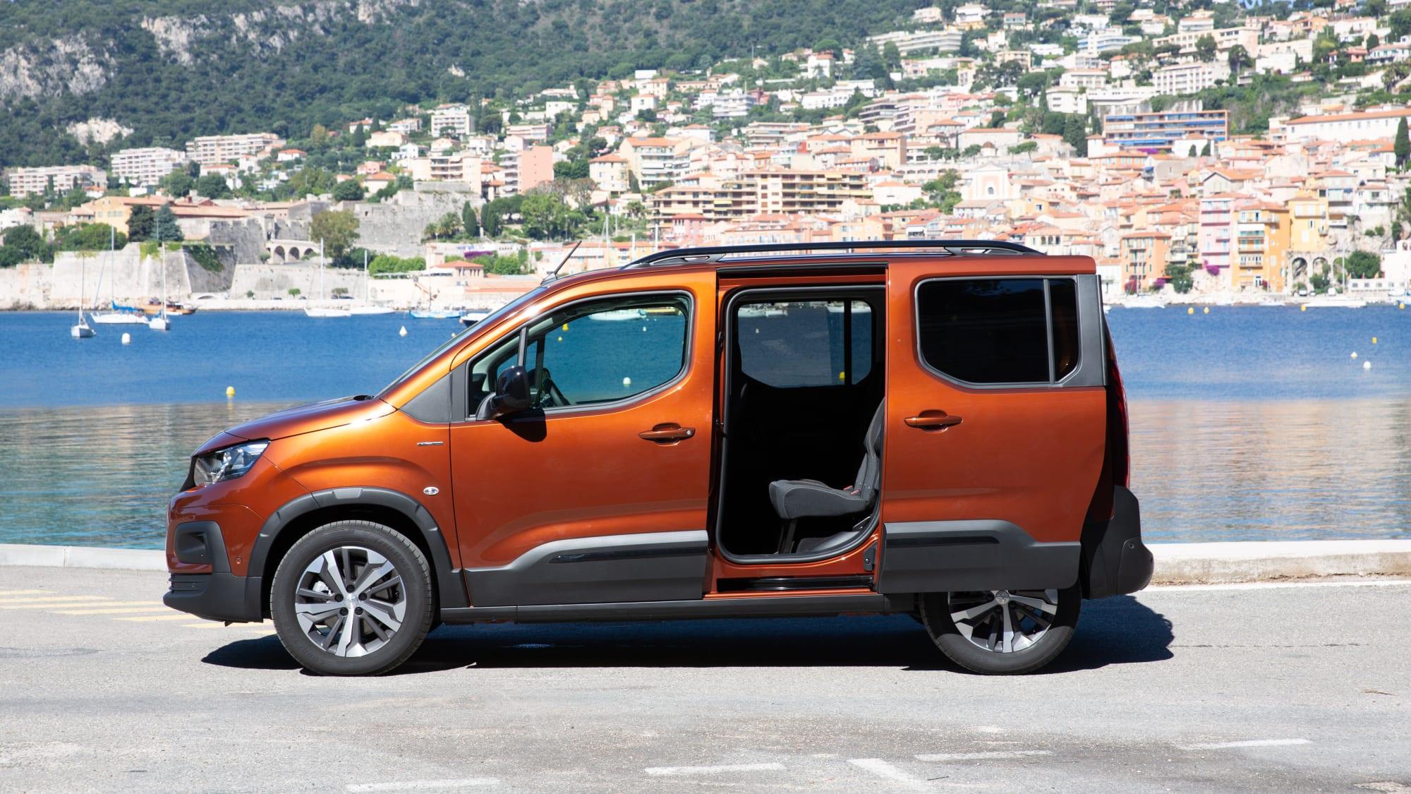 orangener Peugeot Rifter steht auf einem Parkplatz
