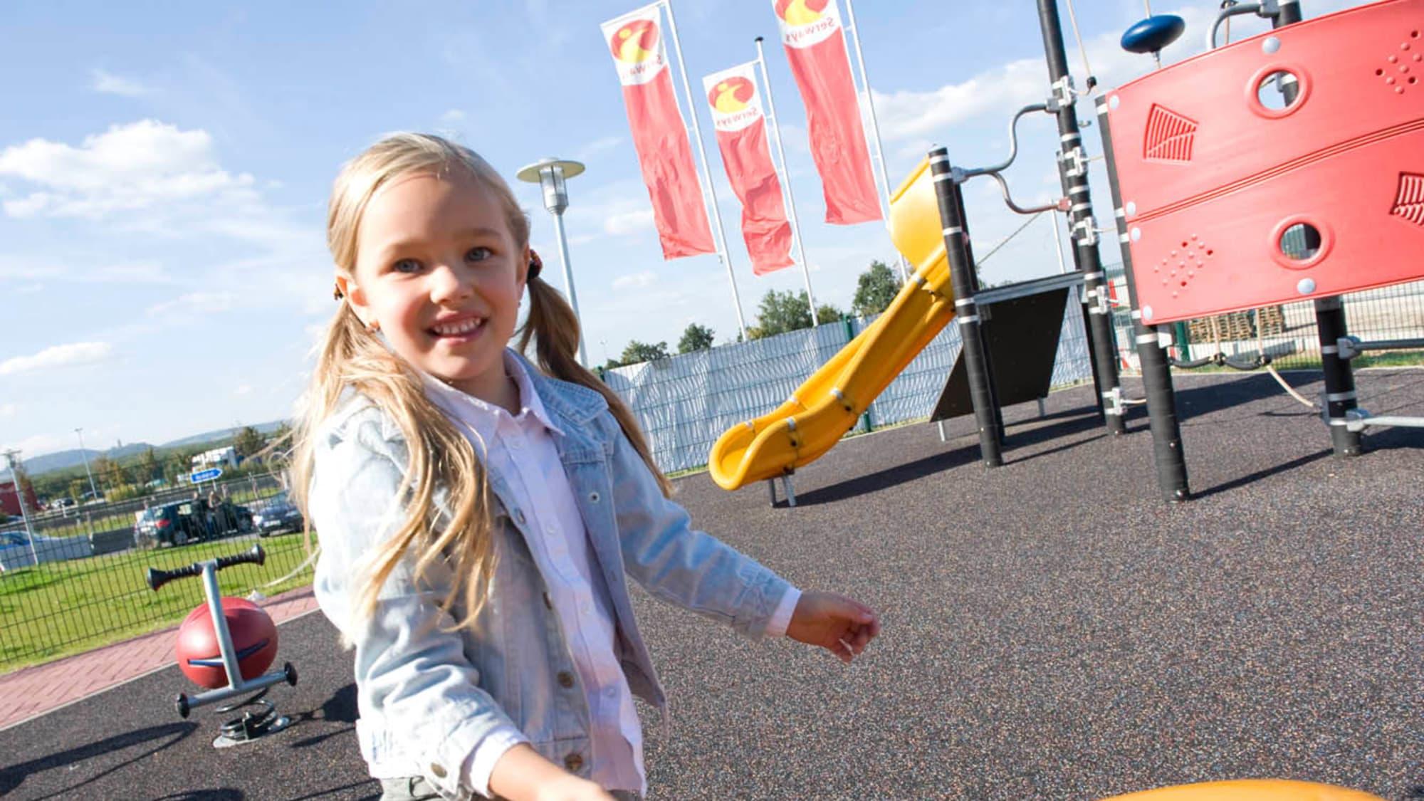 Mädchen spielt auf Spielplatz an einem Tank und Rast Spielplatz
