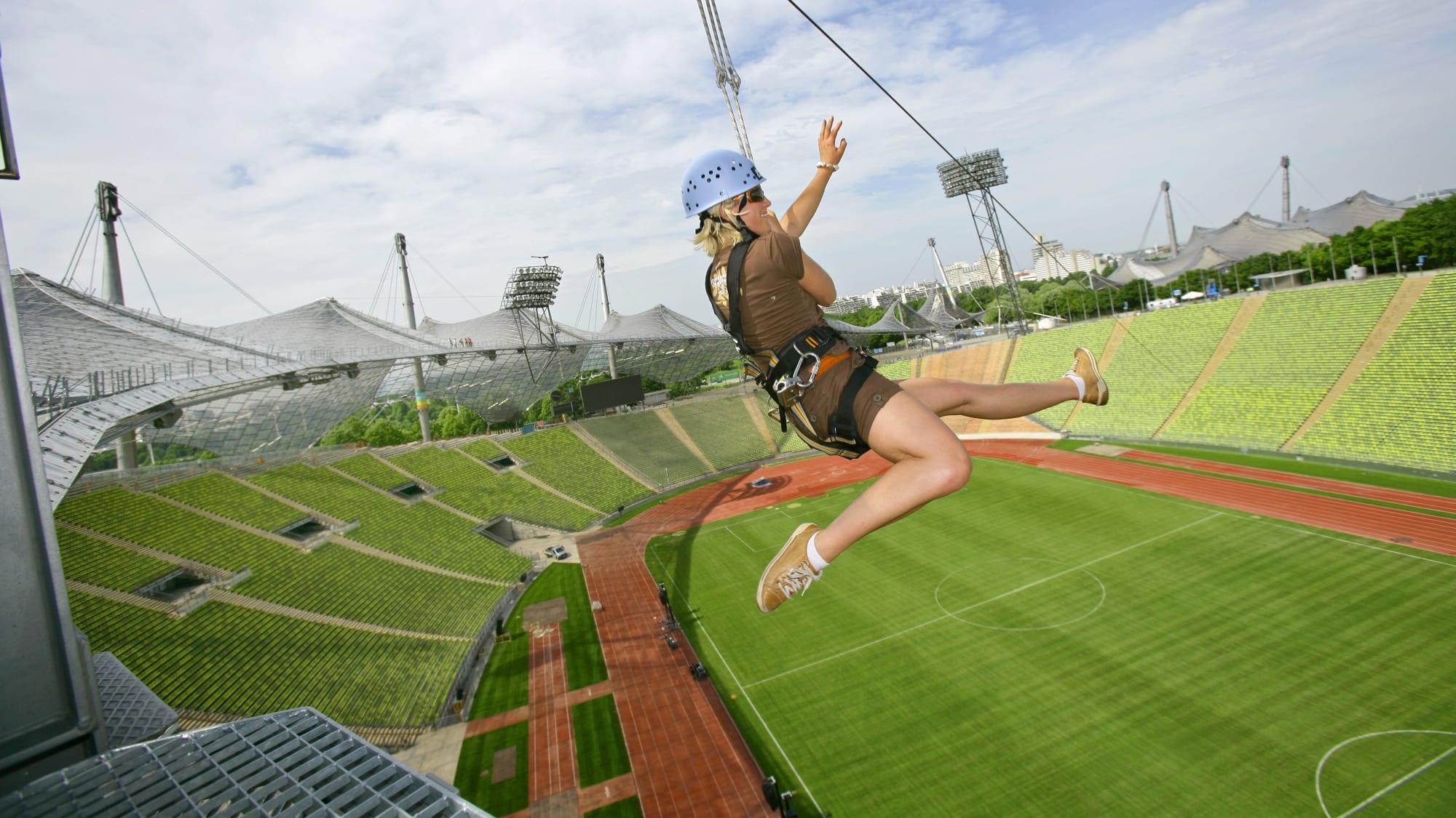 Frau auf dem Dach des Olympiastadions in München