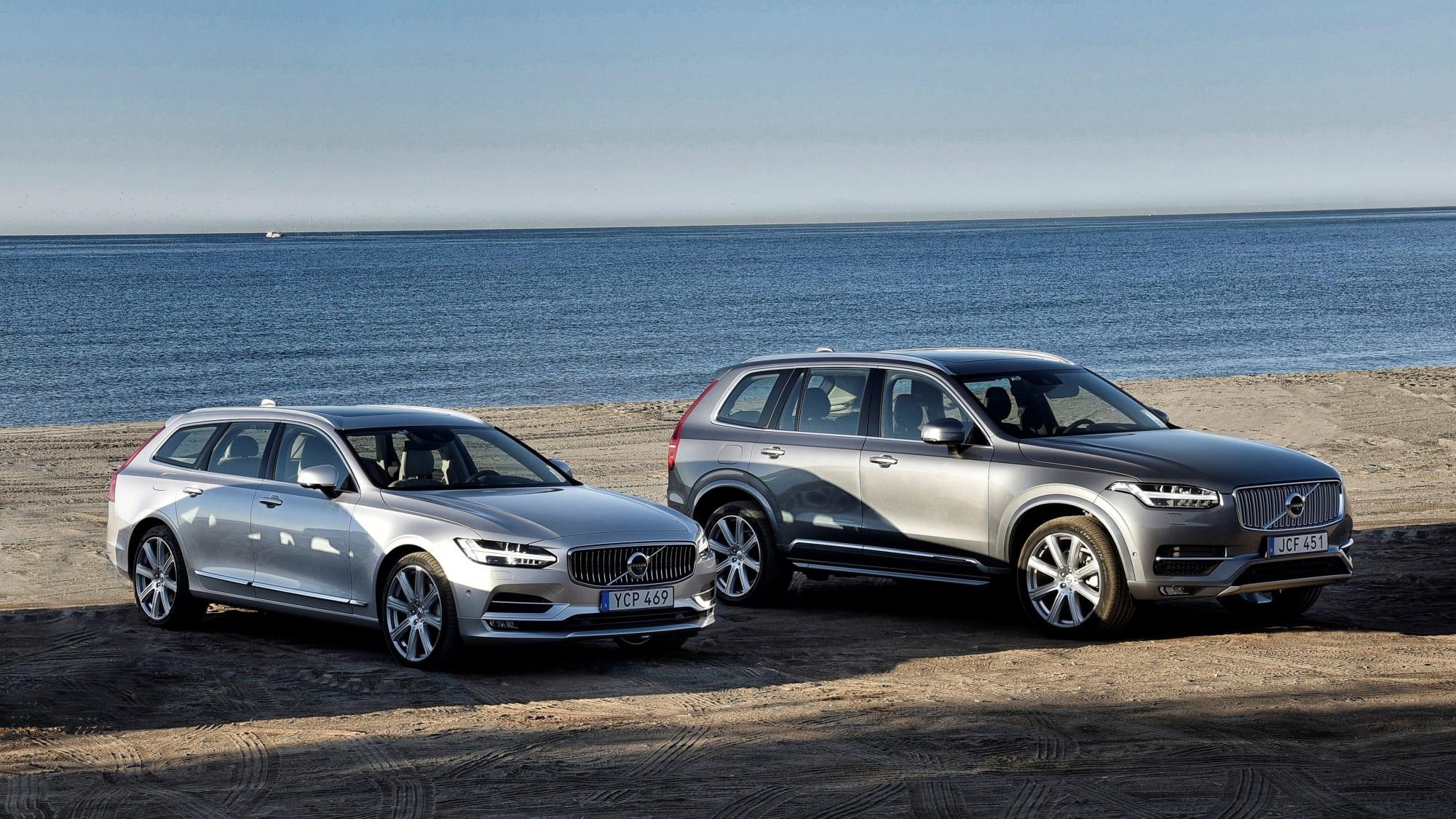 Zwei Volvos stehen am Strand
