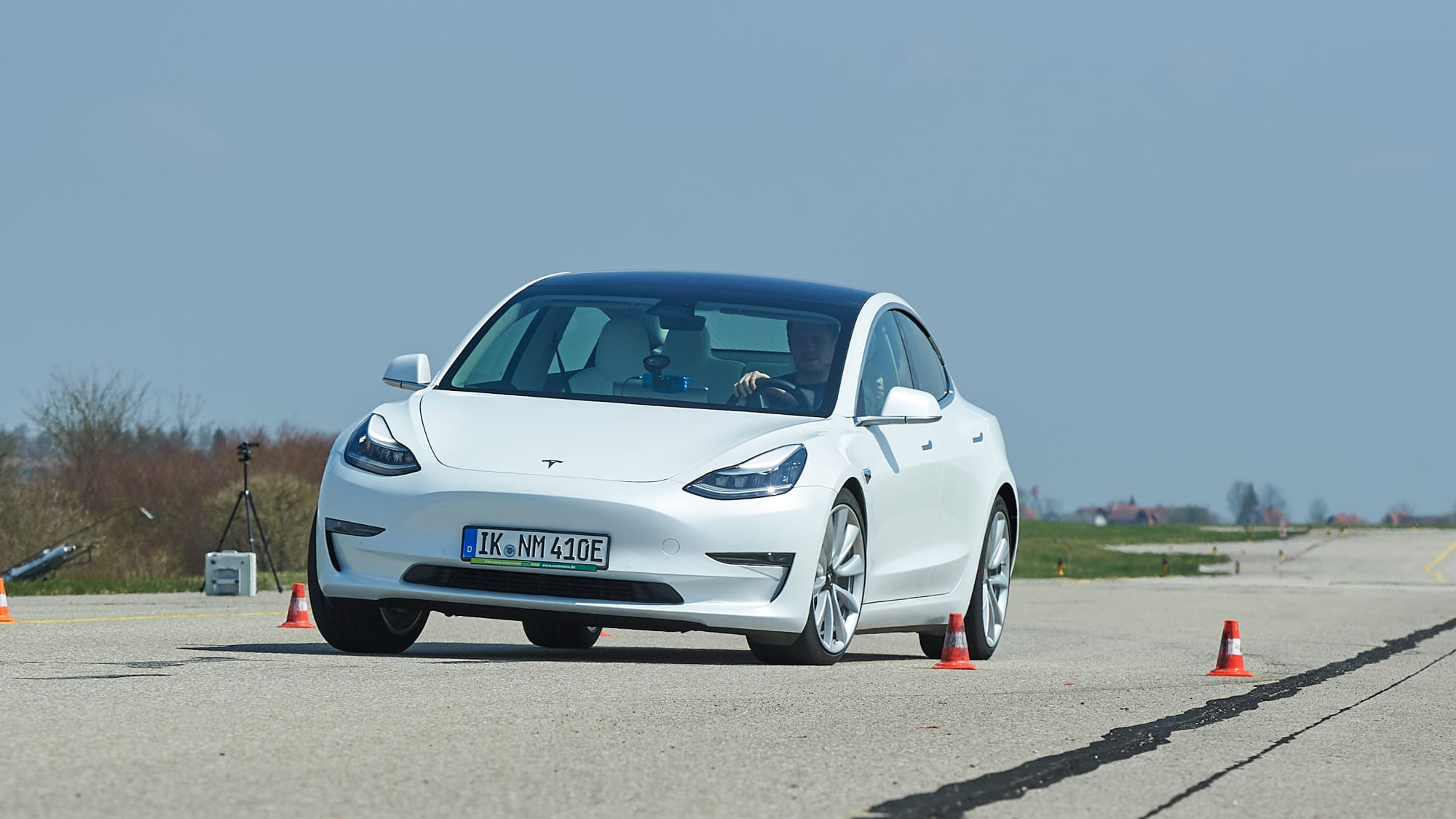 weisser Tesla Model 3 beim Lenktest auf dem ADAC-Testgelaende