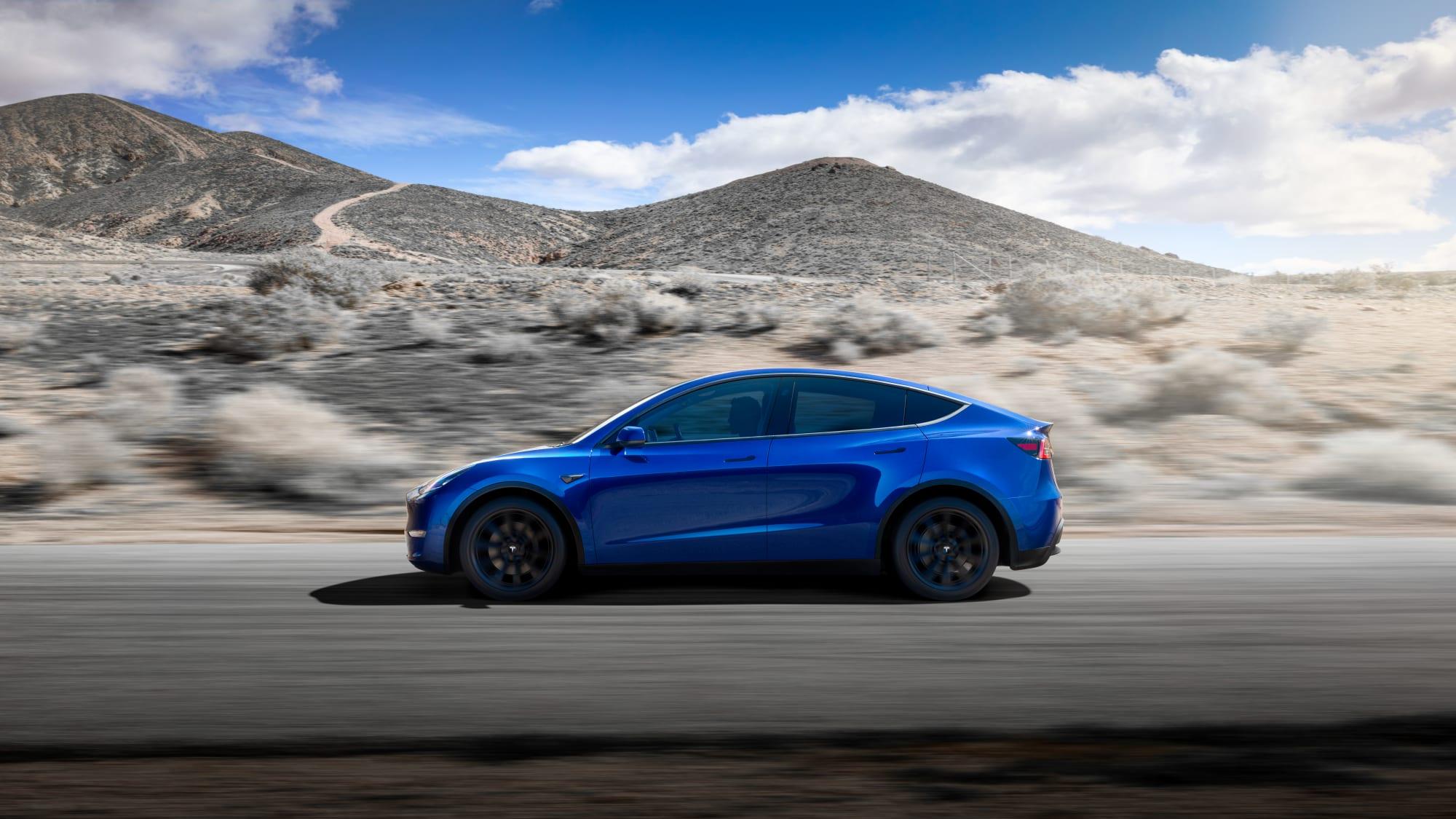 Seitenansicht des Tesla Model Y fahrend