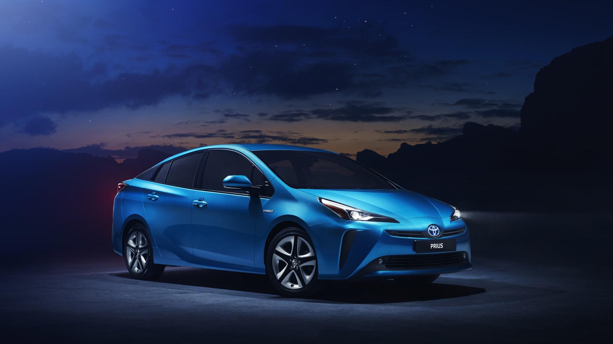 Der Toyota Prius Hybrid hat jetzt schlankere LED-Scheinwerfer und eine niedrigere Front