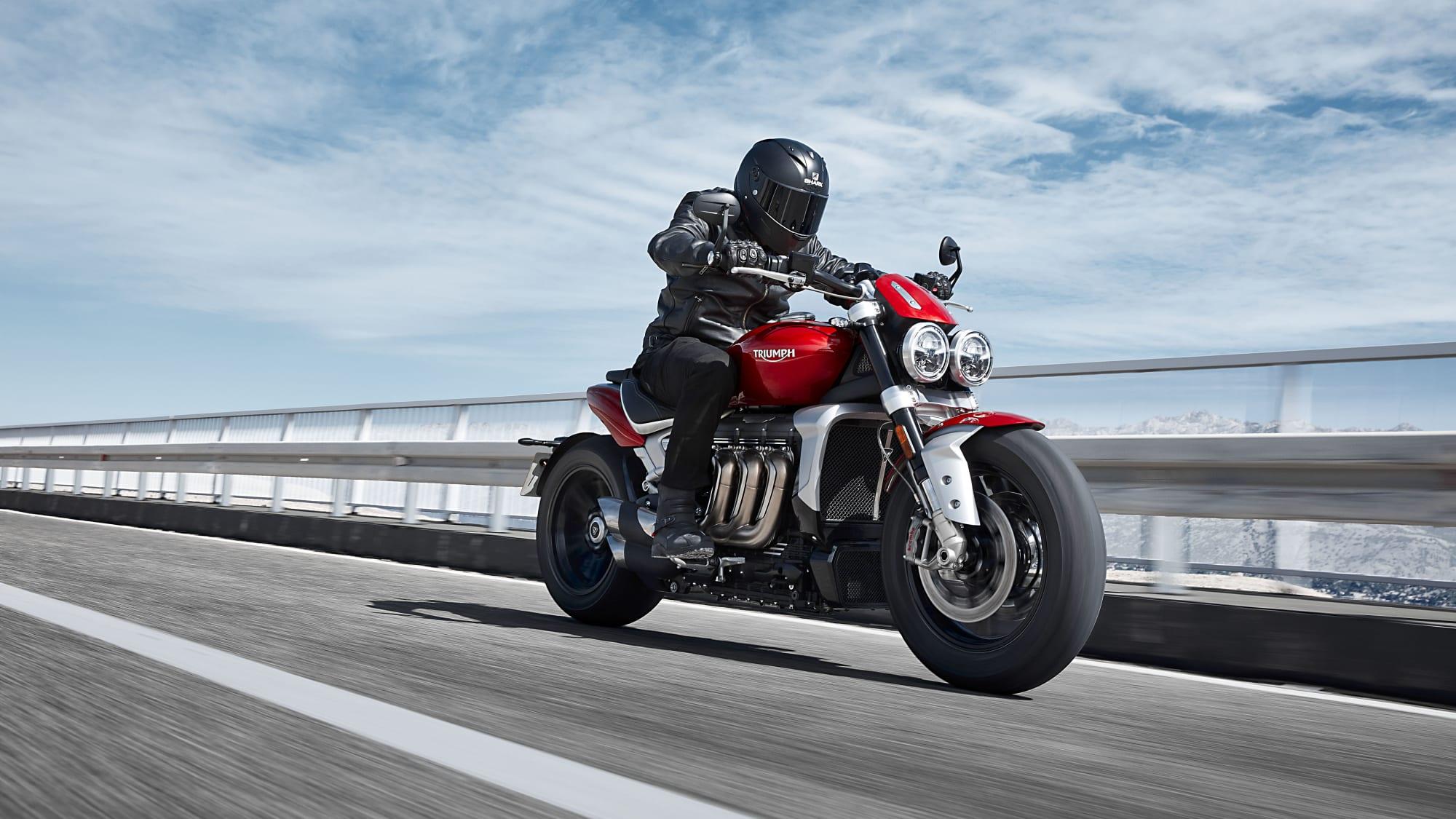 Motorradfahrer fährt eine Triumph Rocket 3 R