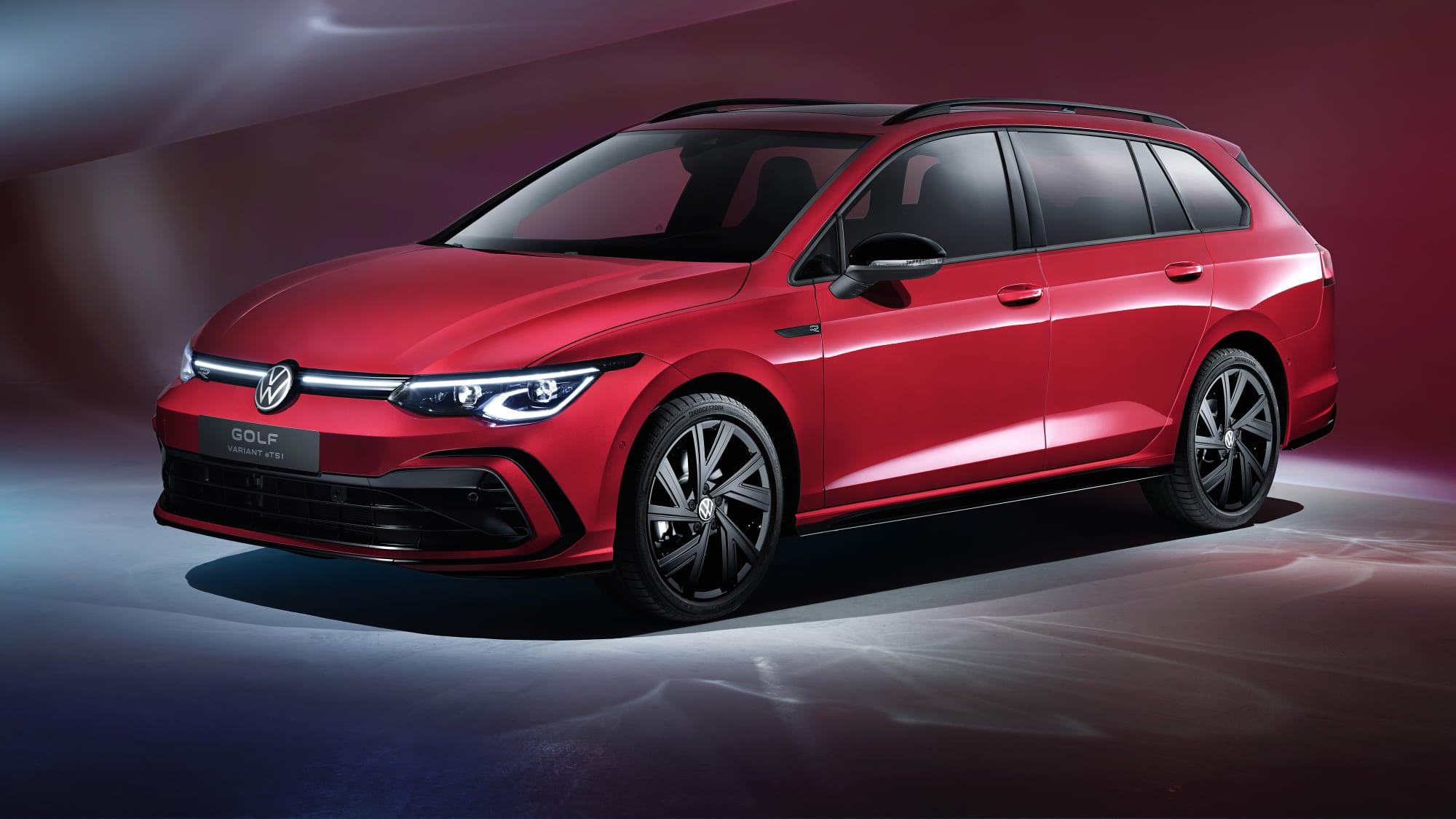 Schräge Seitenansicht eines roten VW Golf Variant eTSI