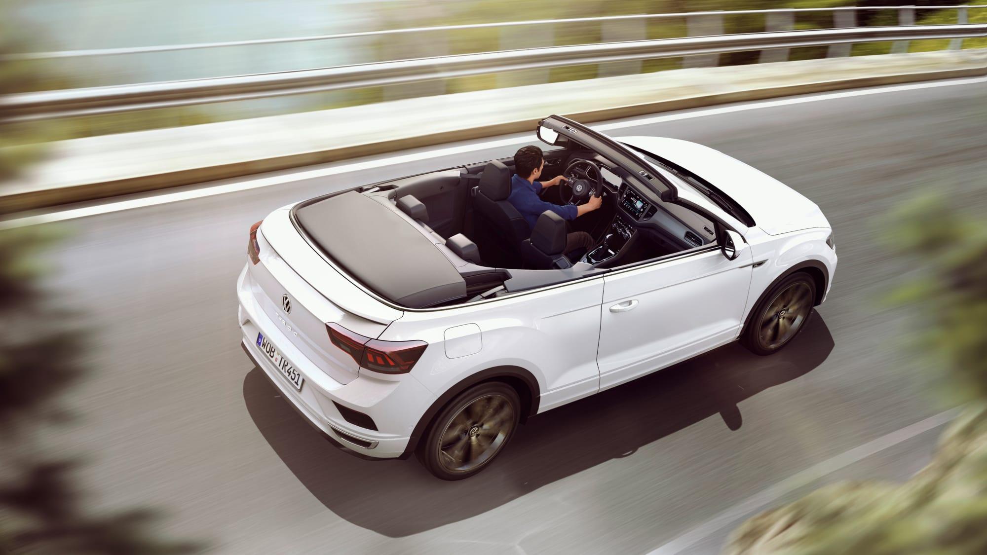 weißer VW T-Roc Cabrio faehrt auf Landstrasse