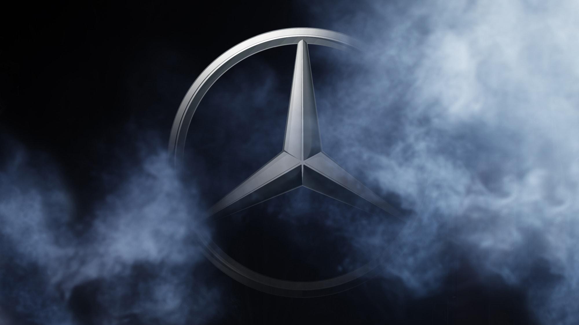 Mercedes Logo zwischen Nebel