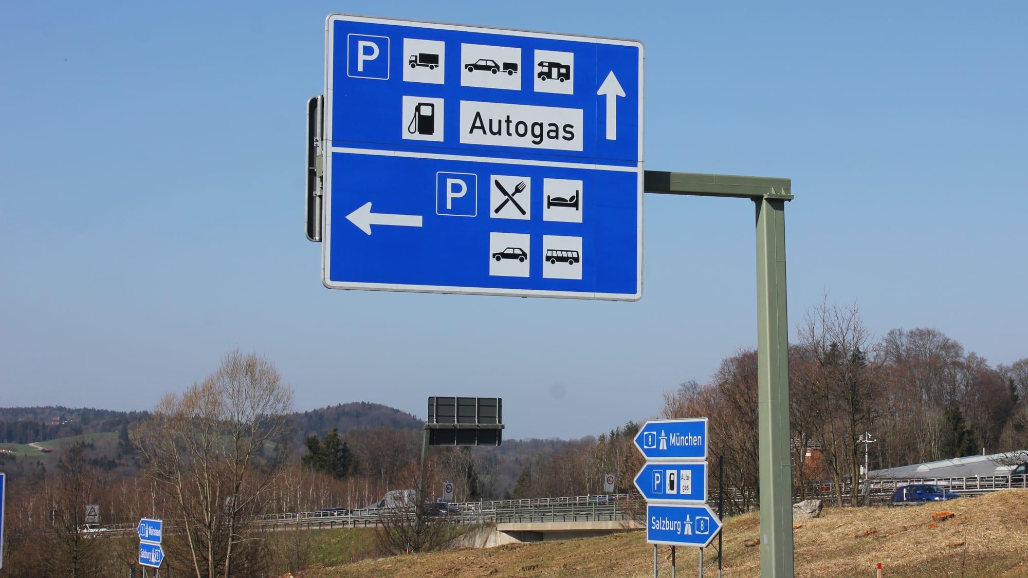 Autobahnschilder auf der Autobahn
