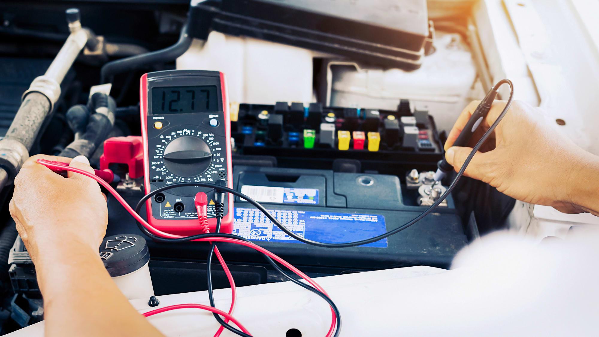 Mechaniker kontrolliert Autobatterie