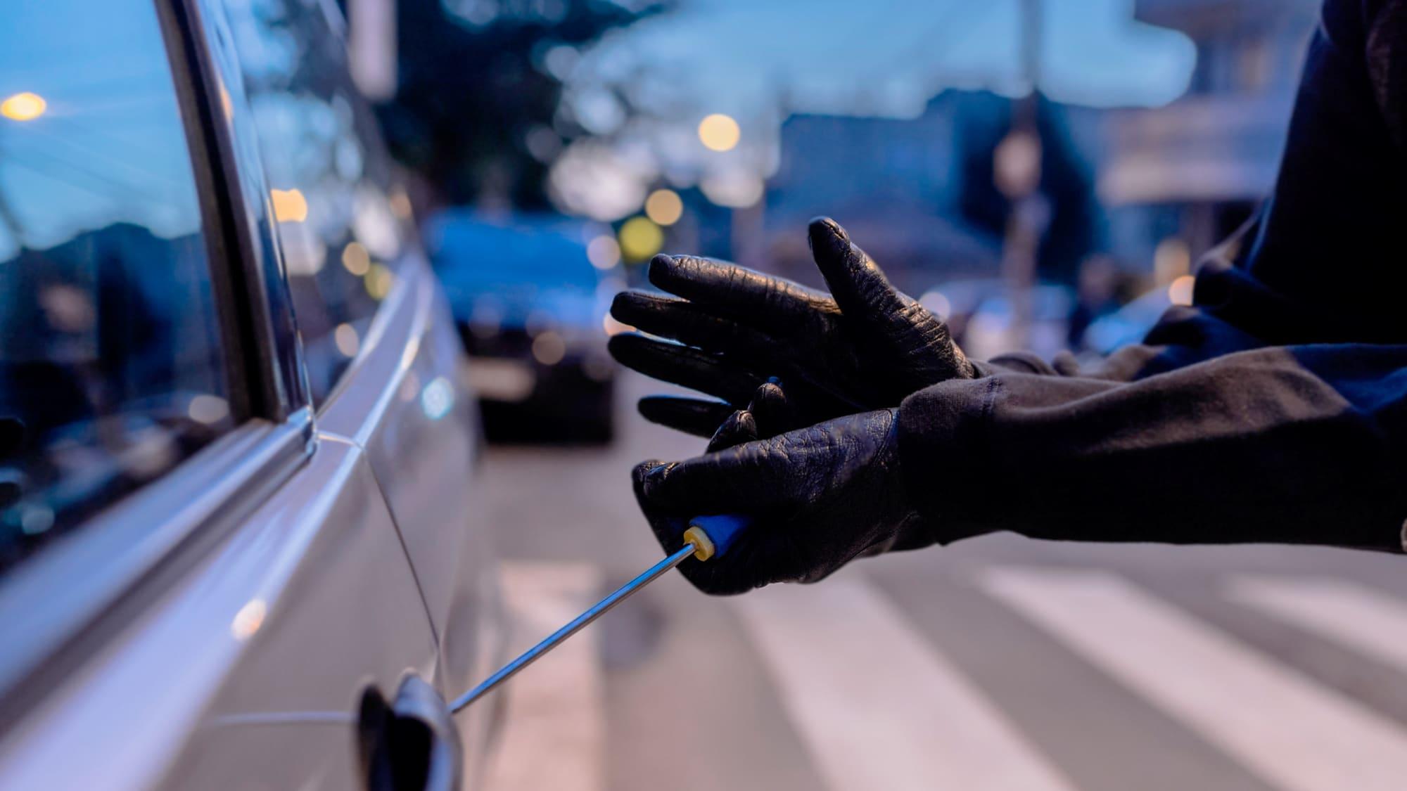 Einbrecher knackt Autotür