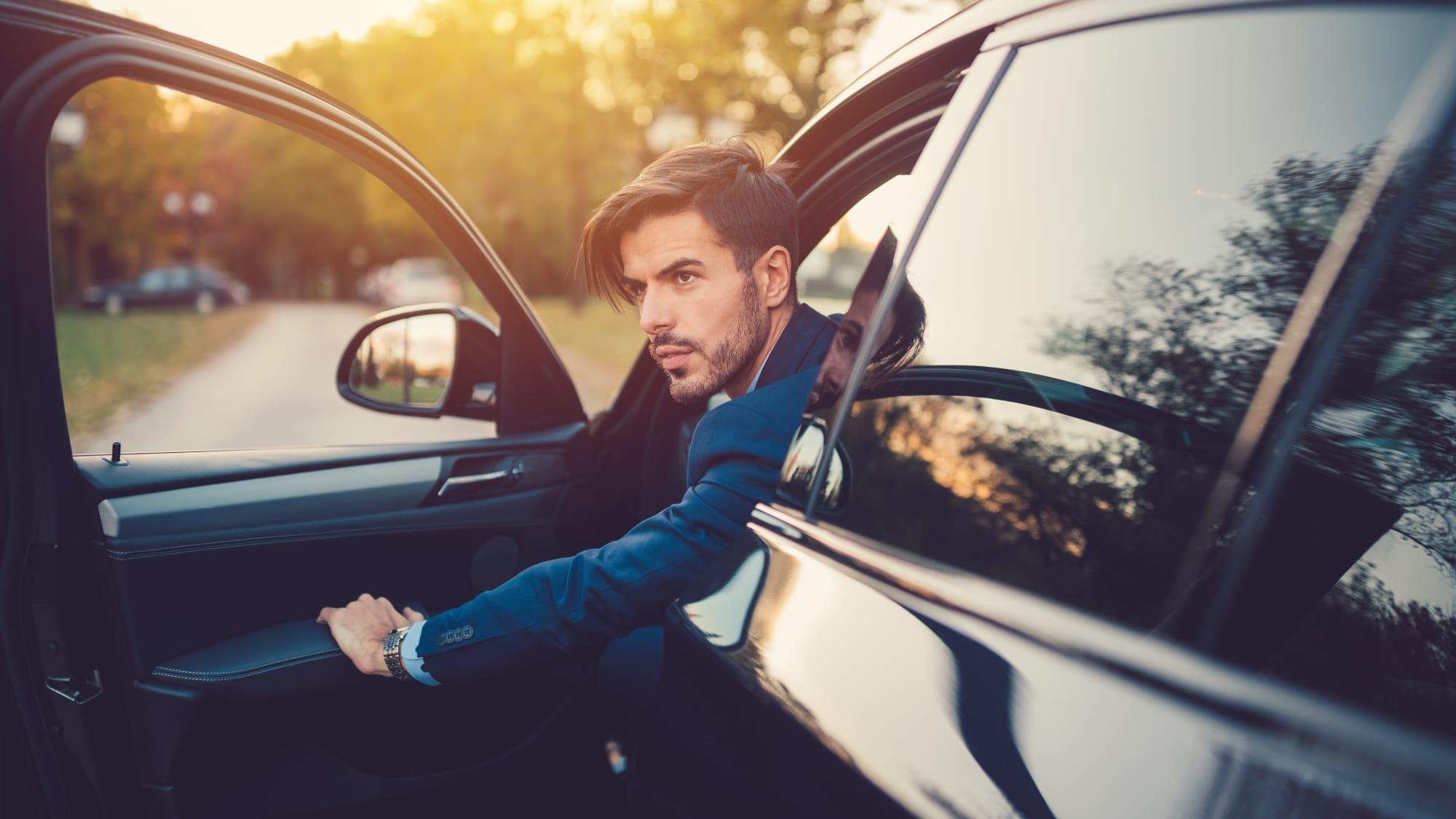 Junger Mann steigt aus dem Auto aus