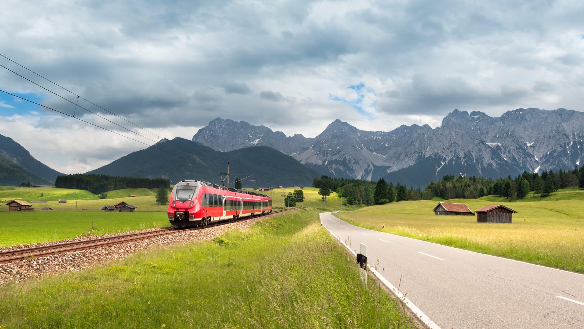 Karwendel Bergpanorama mit modernem Zug im Vordergrund des Bildes bei Mittenwald