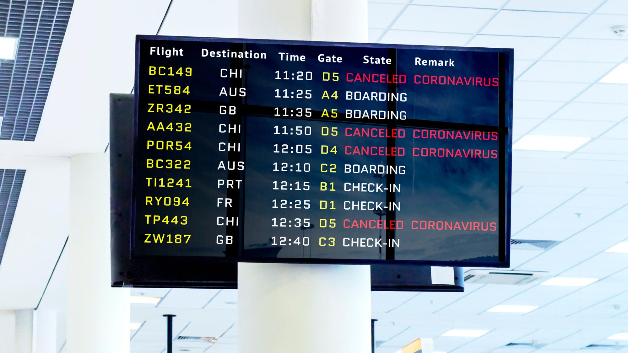 Anzeigetafel am Flughafen mit abgesagten Flügen wegen des Coronavirus