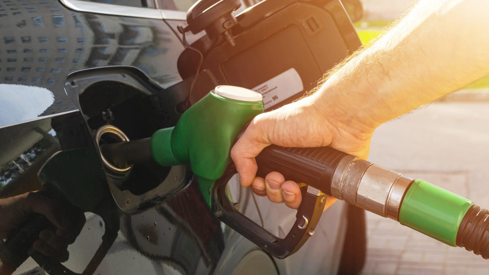 Auto wird mit Tankstutzenbetankt