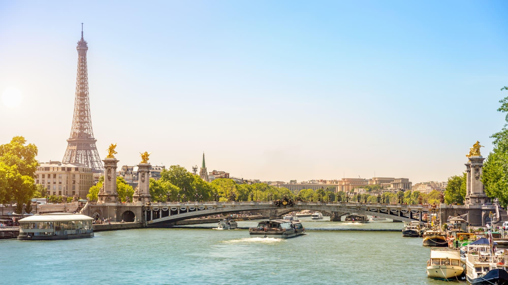 Blick auf den Eiffelturm die Seine in Paris