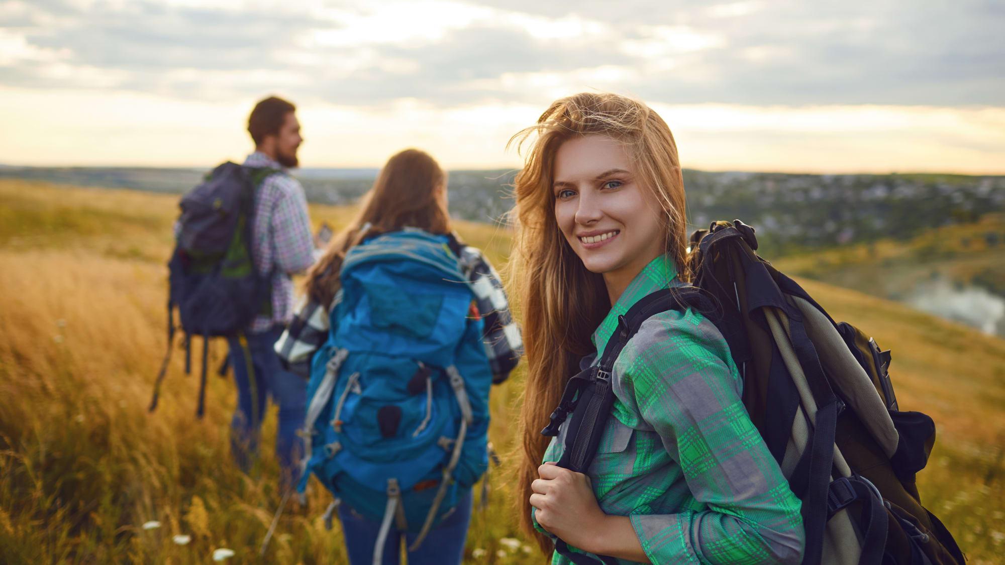 Gruppe Backpacker auf Reisen beim Wandern