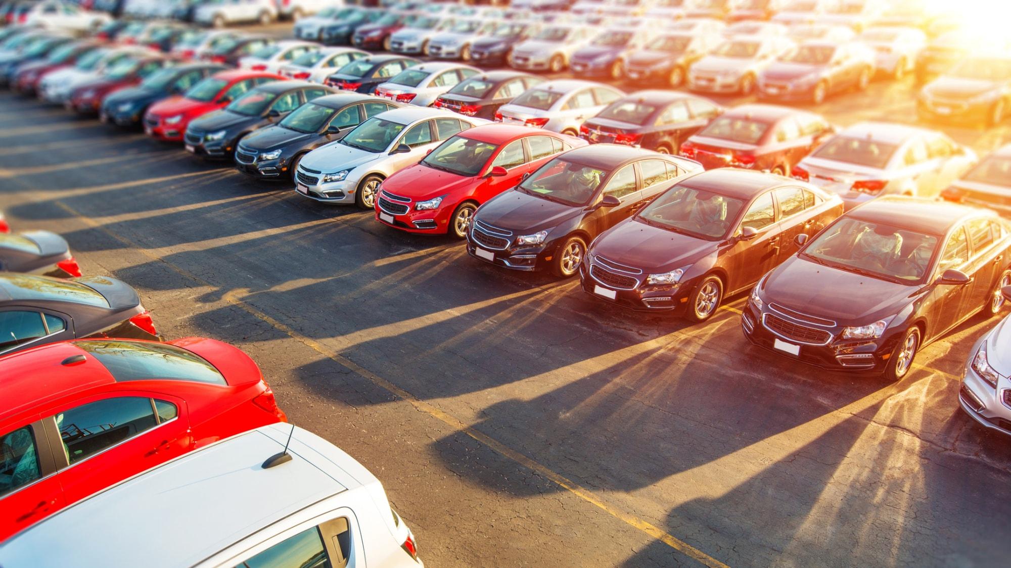 Autos stehen nebeneinander