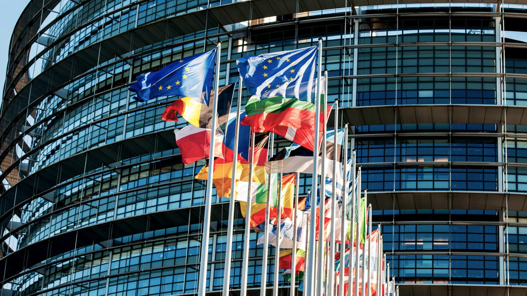 Flaggen vor dem europäischen Parlament