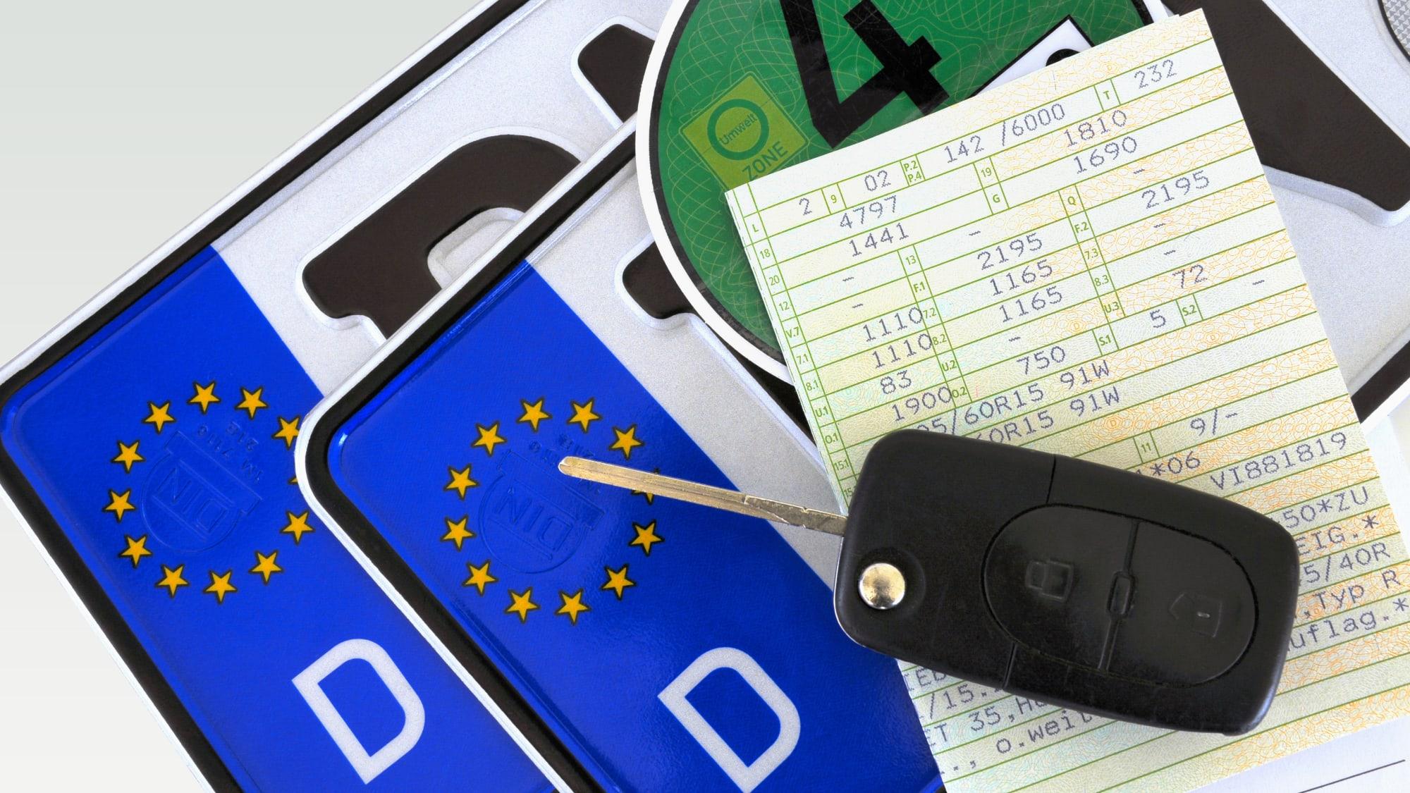 Nummernschild Fahrzeugschein Autoschlüssel Umweltplakette