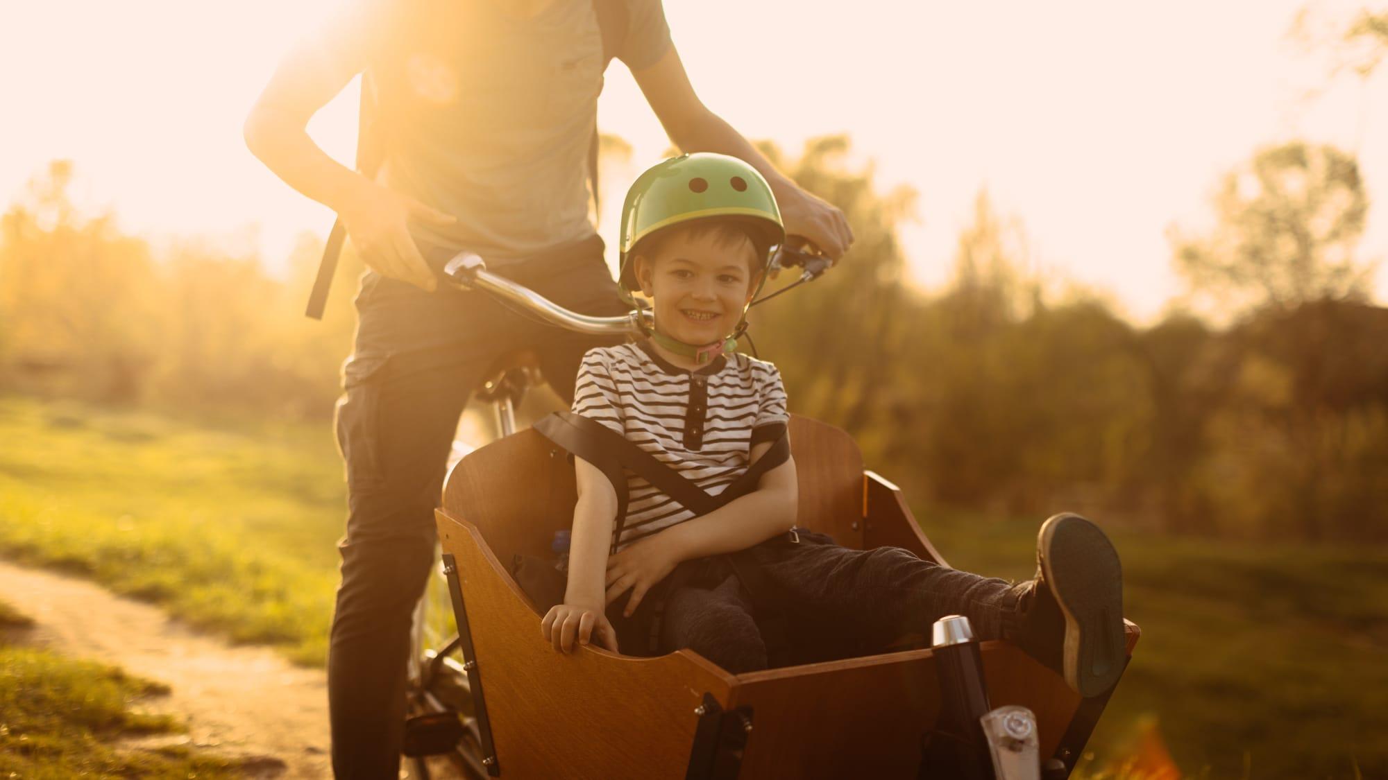 Junge sitzt in einem Lastenrad