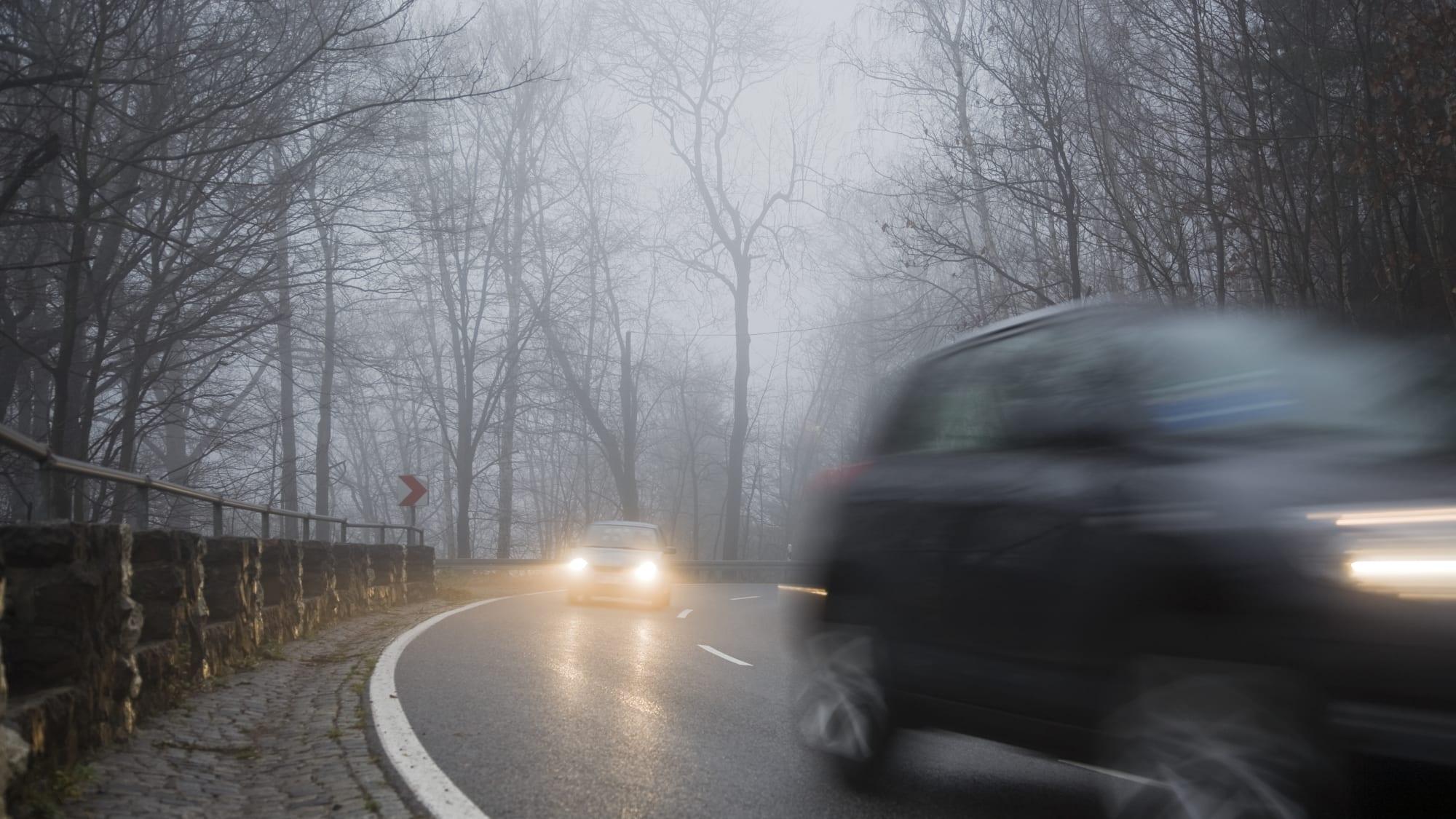Autos fahren im Herbst auf der Straße