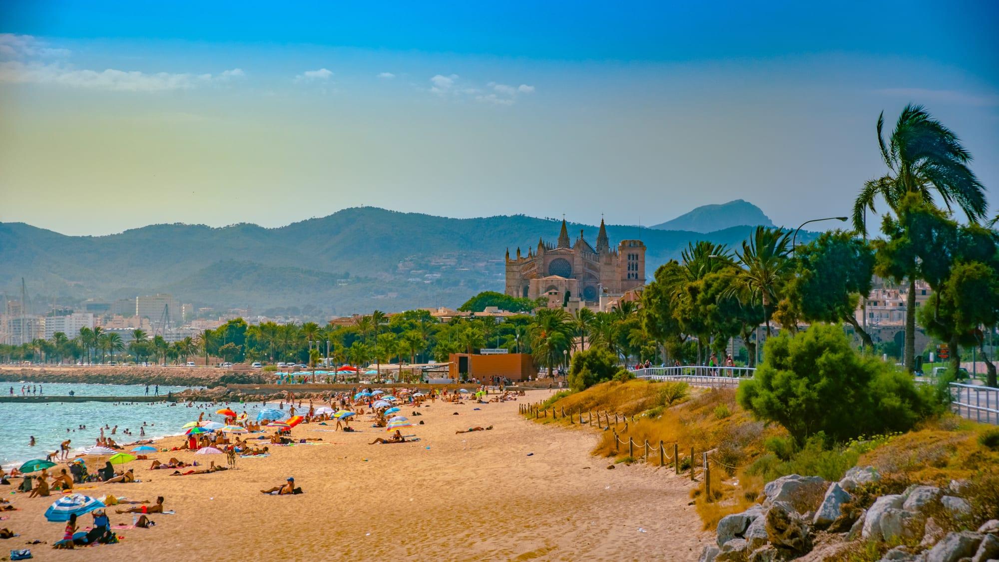 Strand auf Mallorca mit Palma und der Kathedrale im Hintergrund