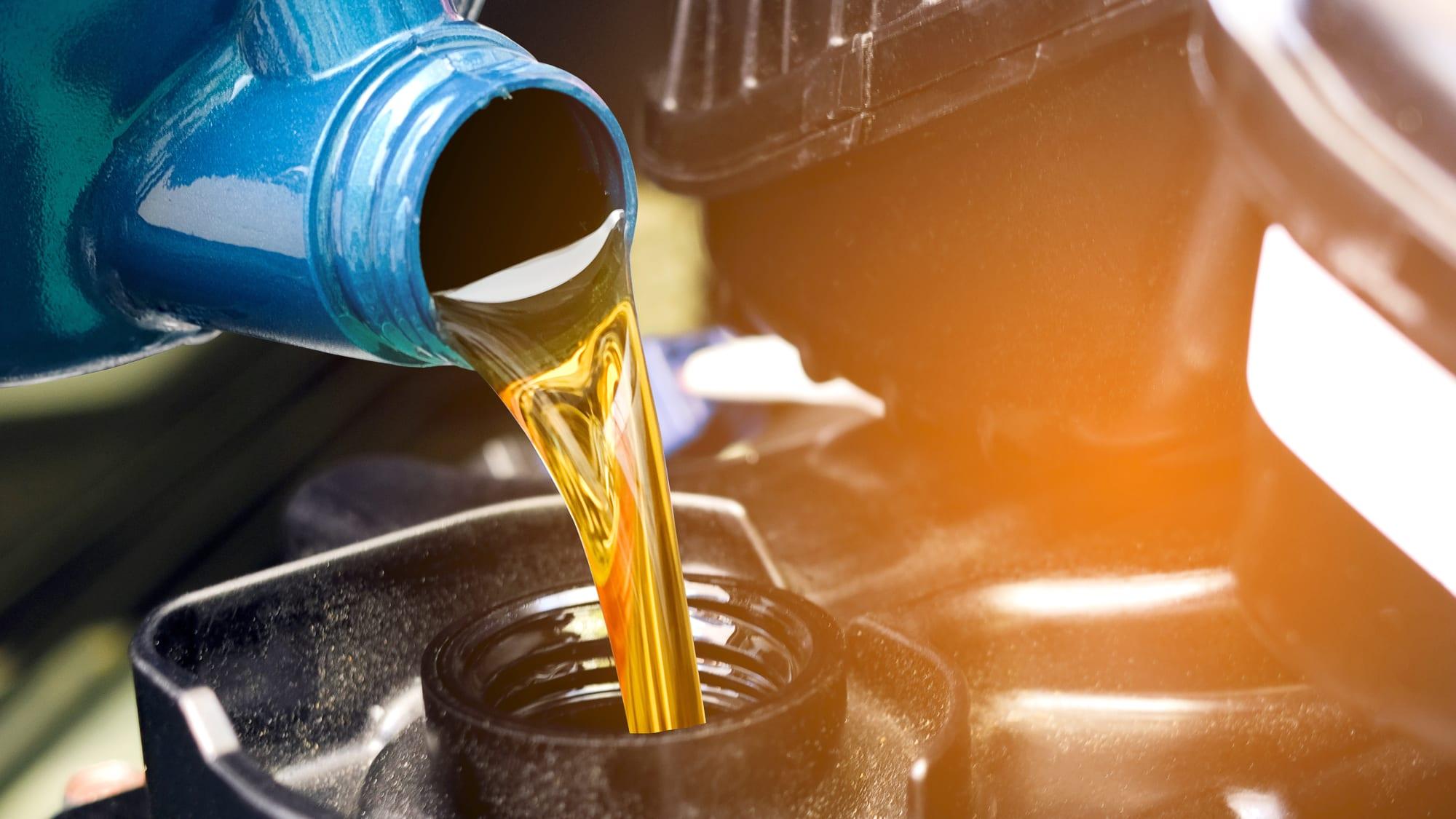 Motoröl wird in Auto gefüllt