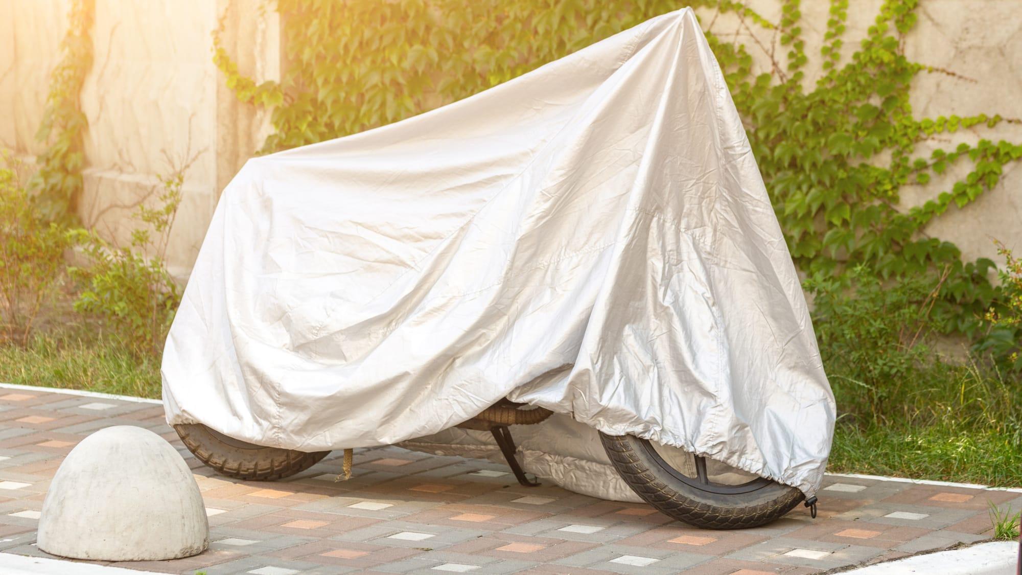 Motorrad abgedeckt mit Schutzhülle