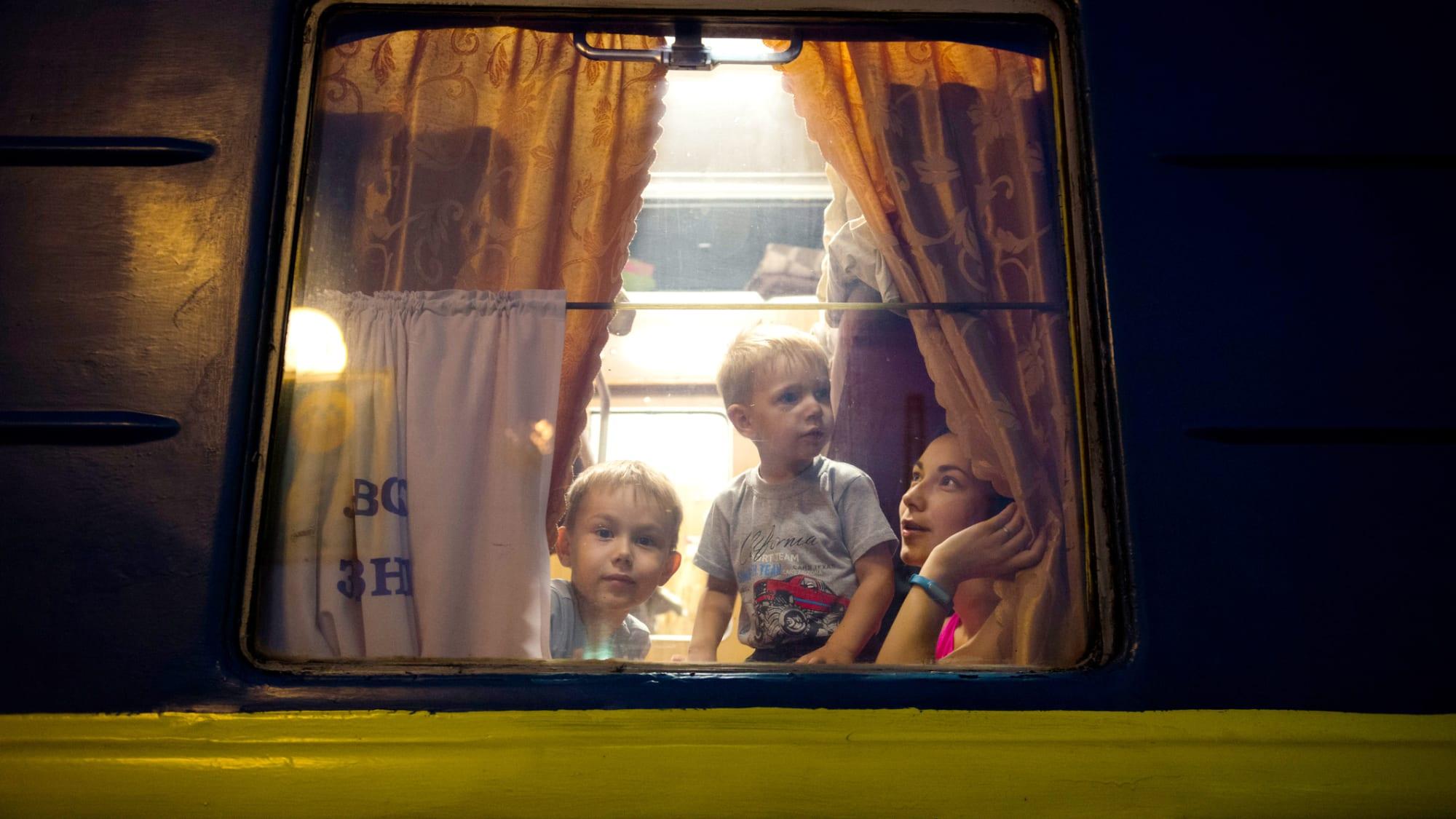 Mutter mit ihren beiden Kindern im Nachtzug