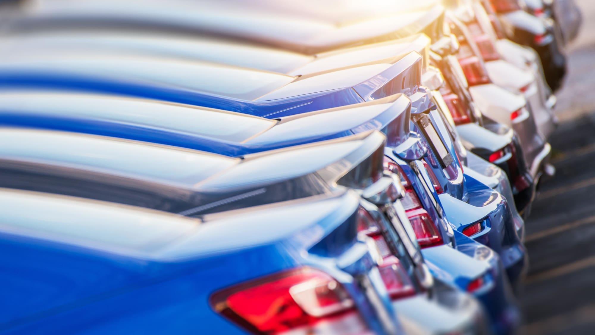 Autos stehen in einer Reihe