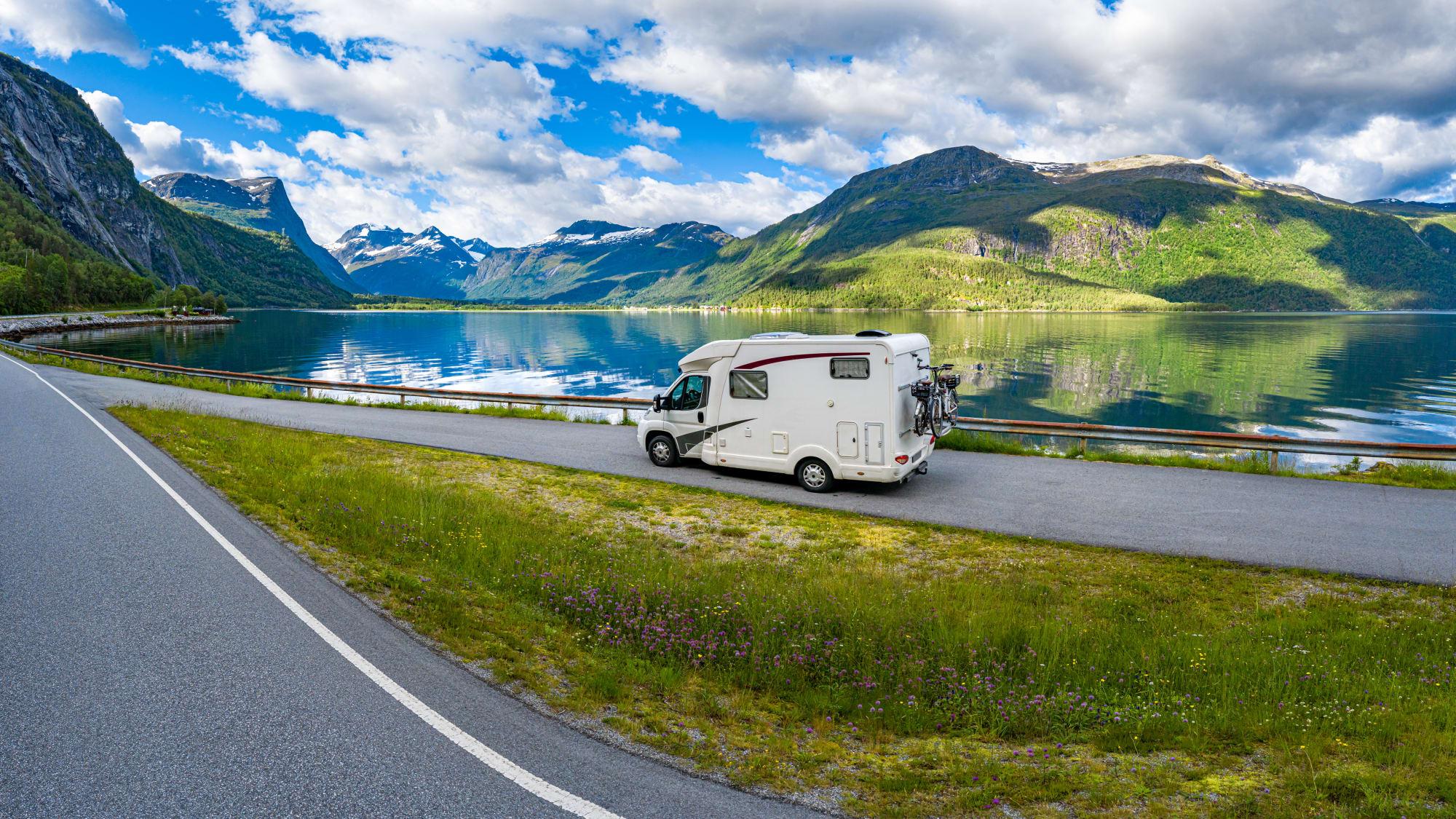 Wohnmobil  fährt in Norwegen auf der Straße