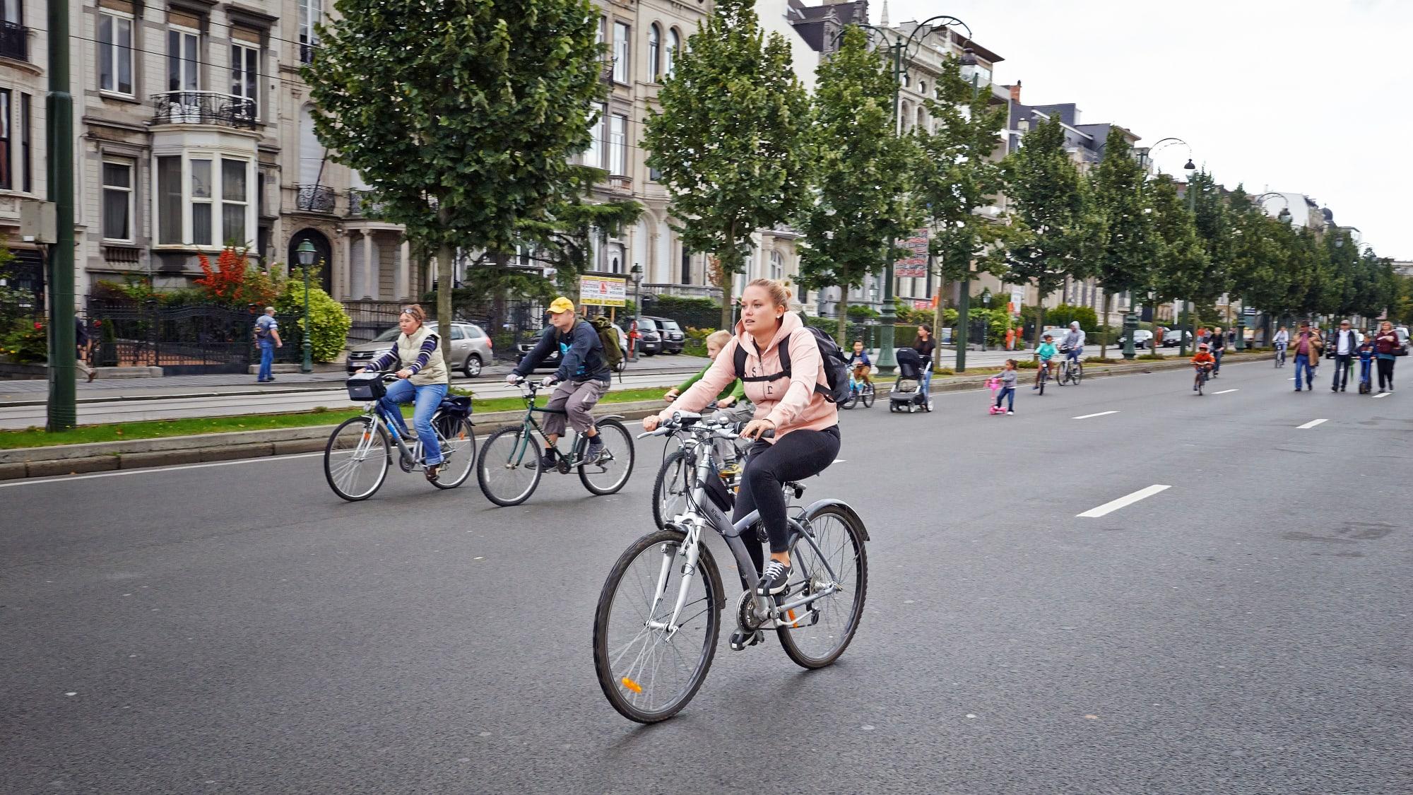 Radfahrer auf einer Straße in Brüssel