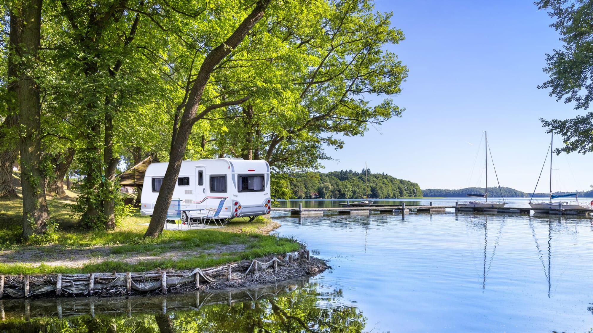Wohnwagen an einem Stellplatz am See in Mecklenburg-Vorpommern: In Deutschland wird bald wieder Camping in Coronazeiten möglich sein