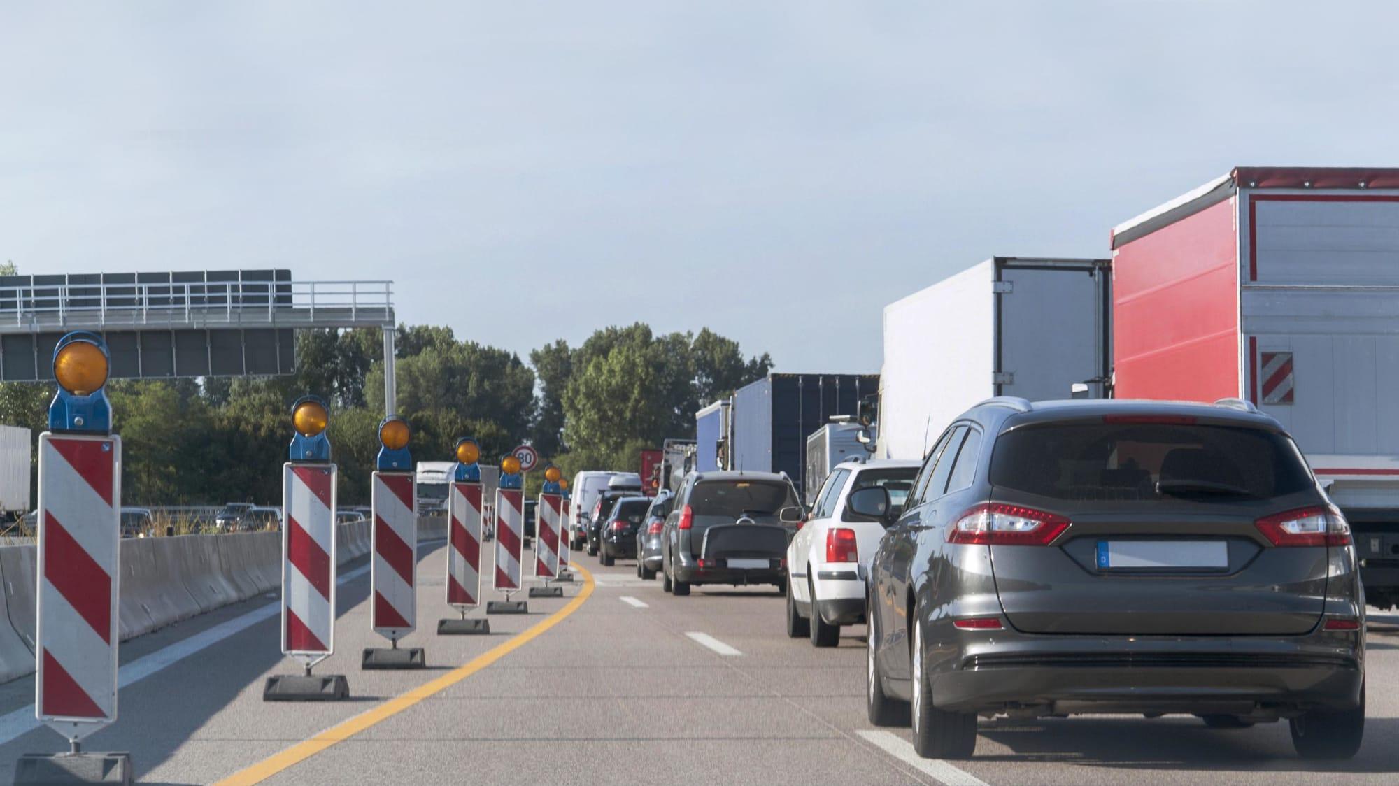 Stau auf der Autobahn mit Baustelle