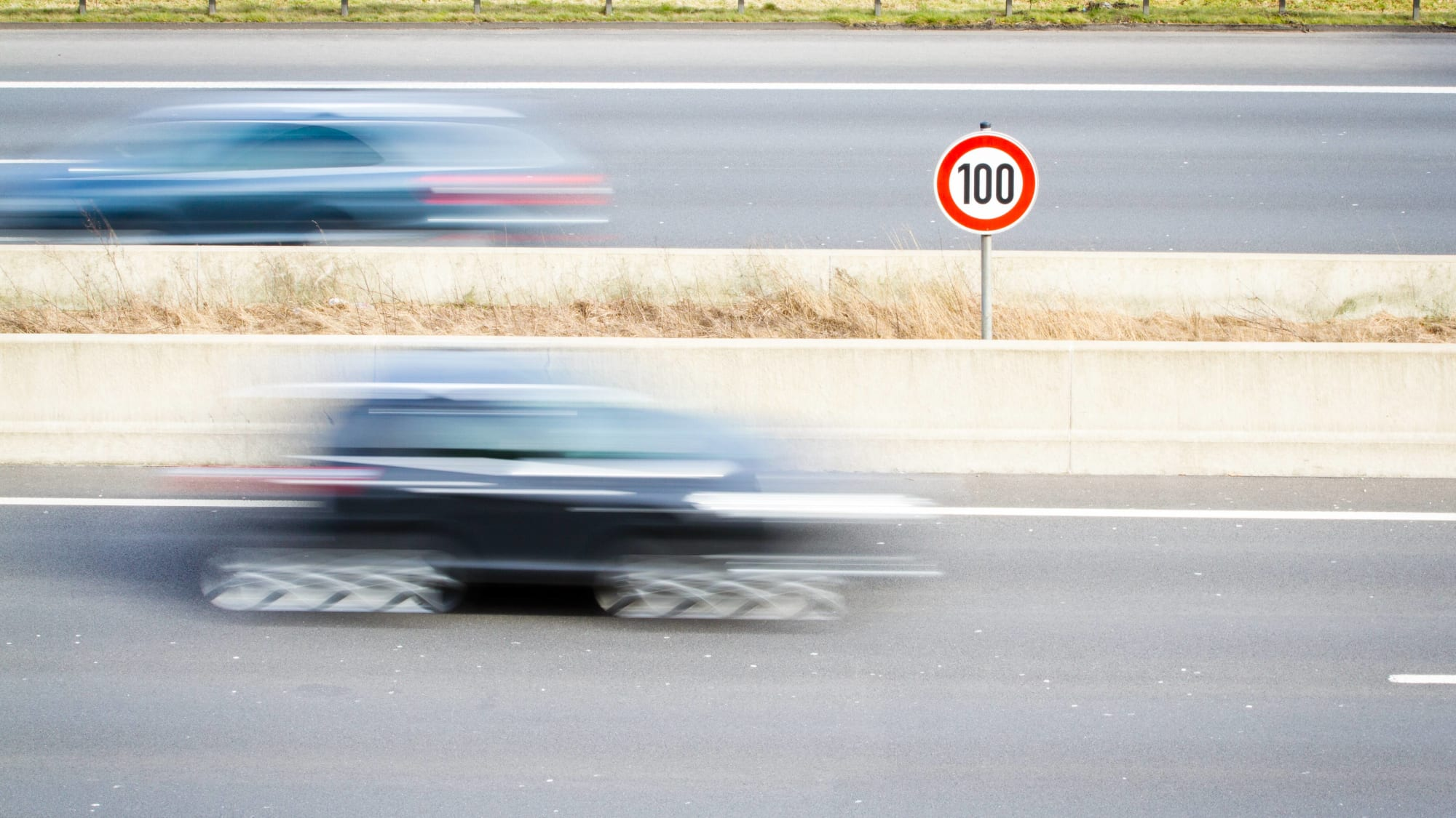 Auto fährt auf Autobahn
