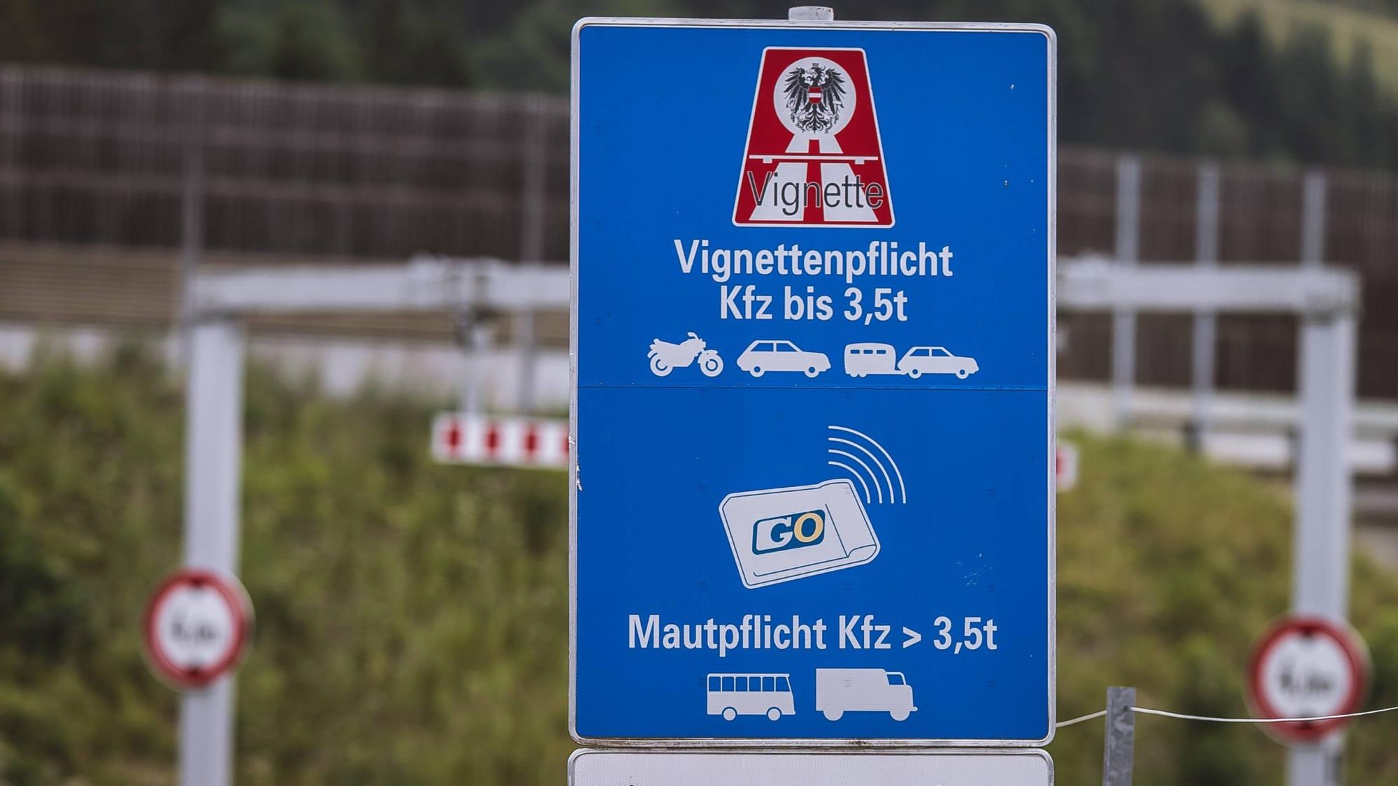 Schild Vignettenpflicht auf Autobahn in Österreich