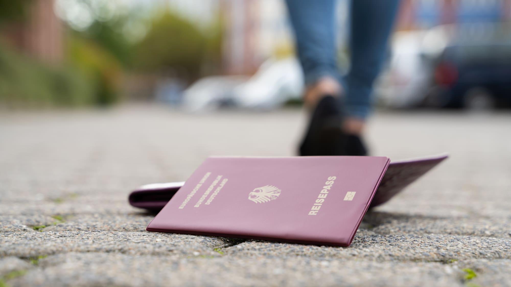 Verlorener Reisepass liegt auf der Strasse