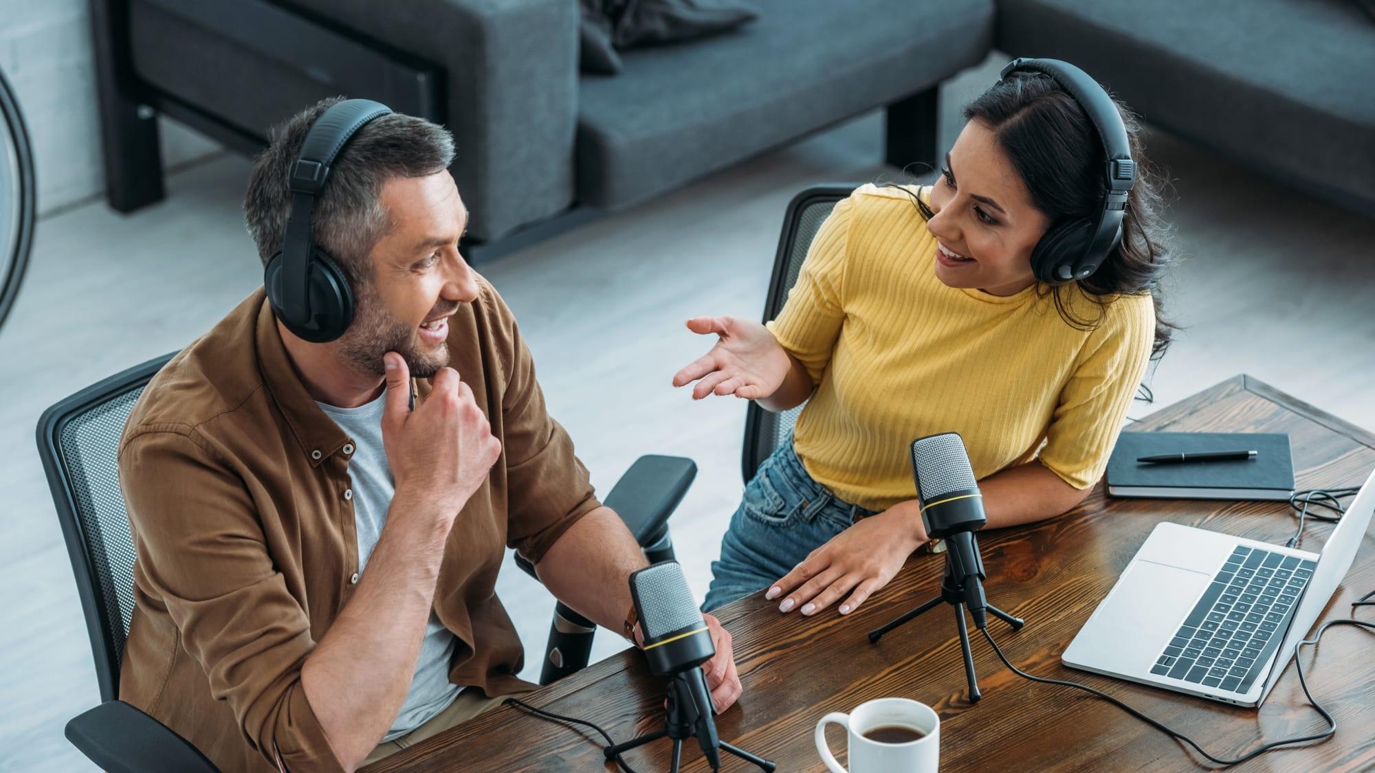 Frau und Mann beim Interview für einen Podcast