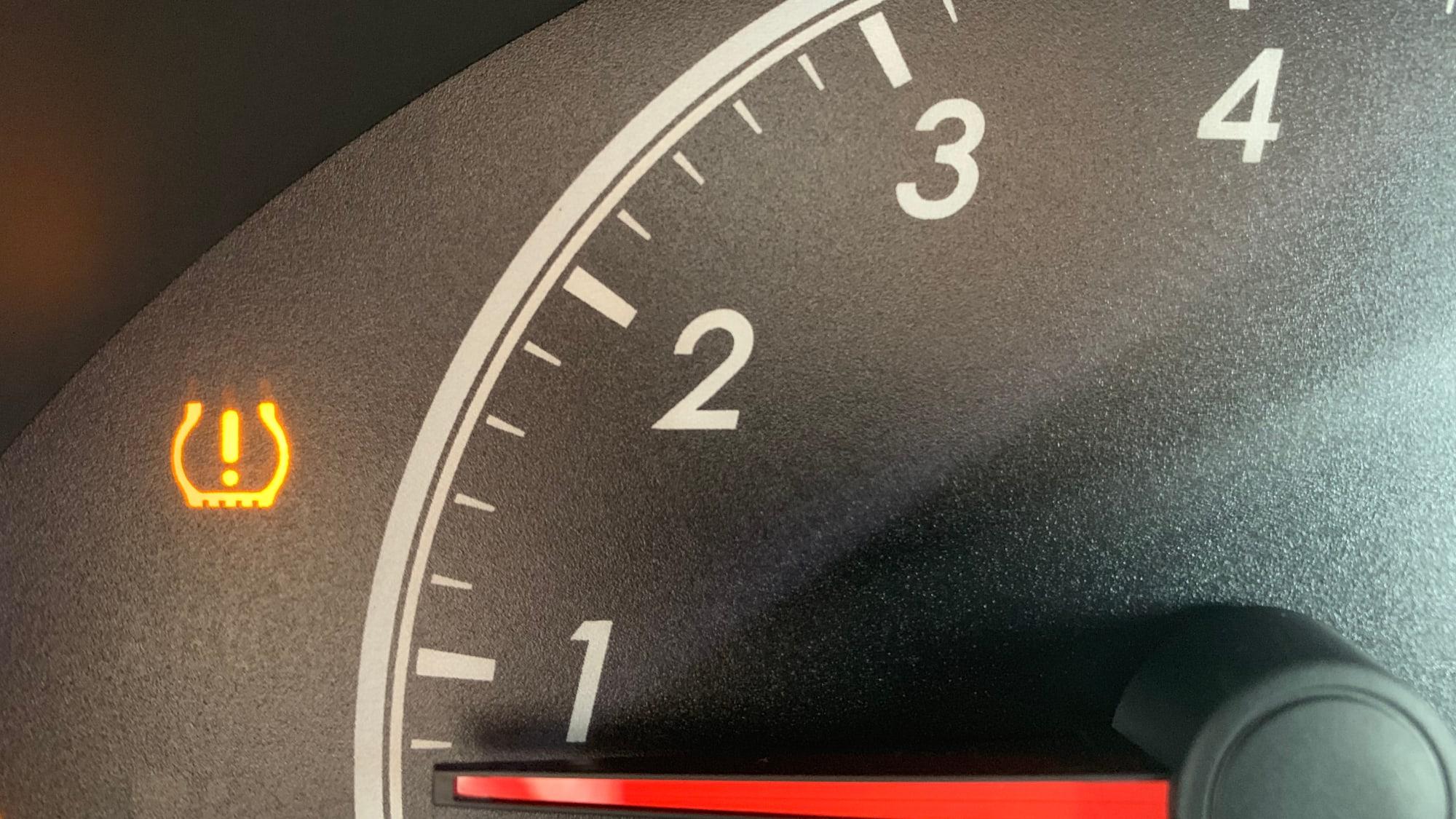 Die Reifendruck-Kontrollleuchte warnt
