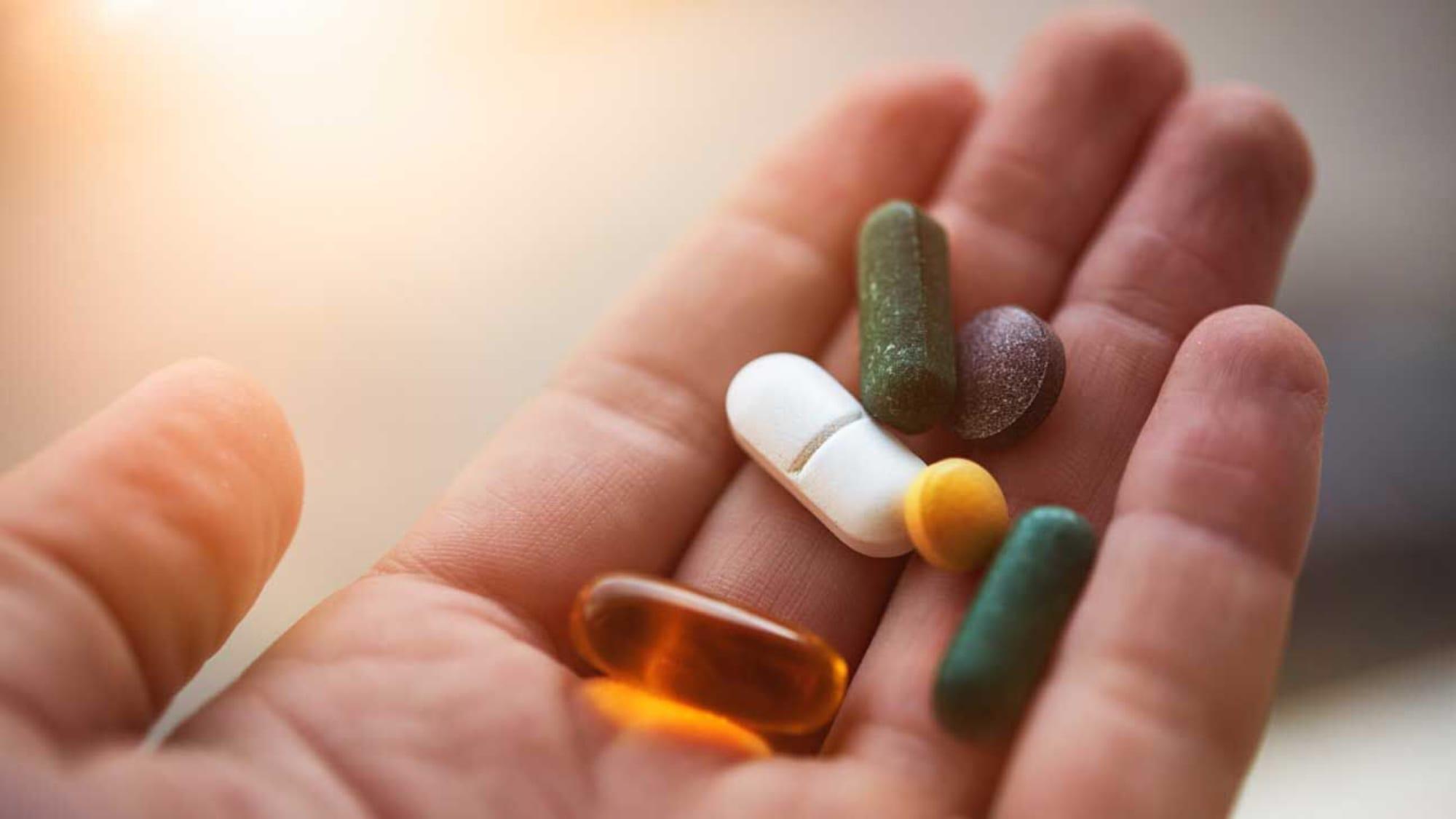 Tabletten in einer Hand