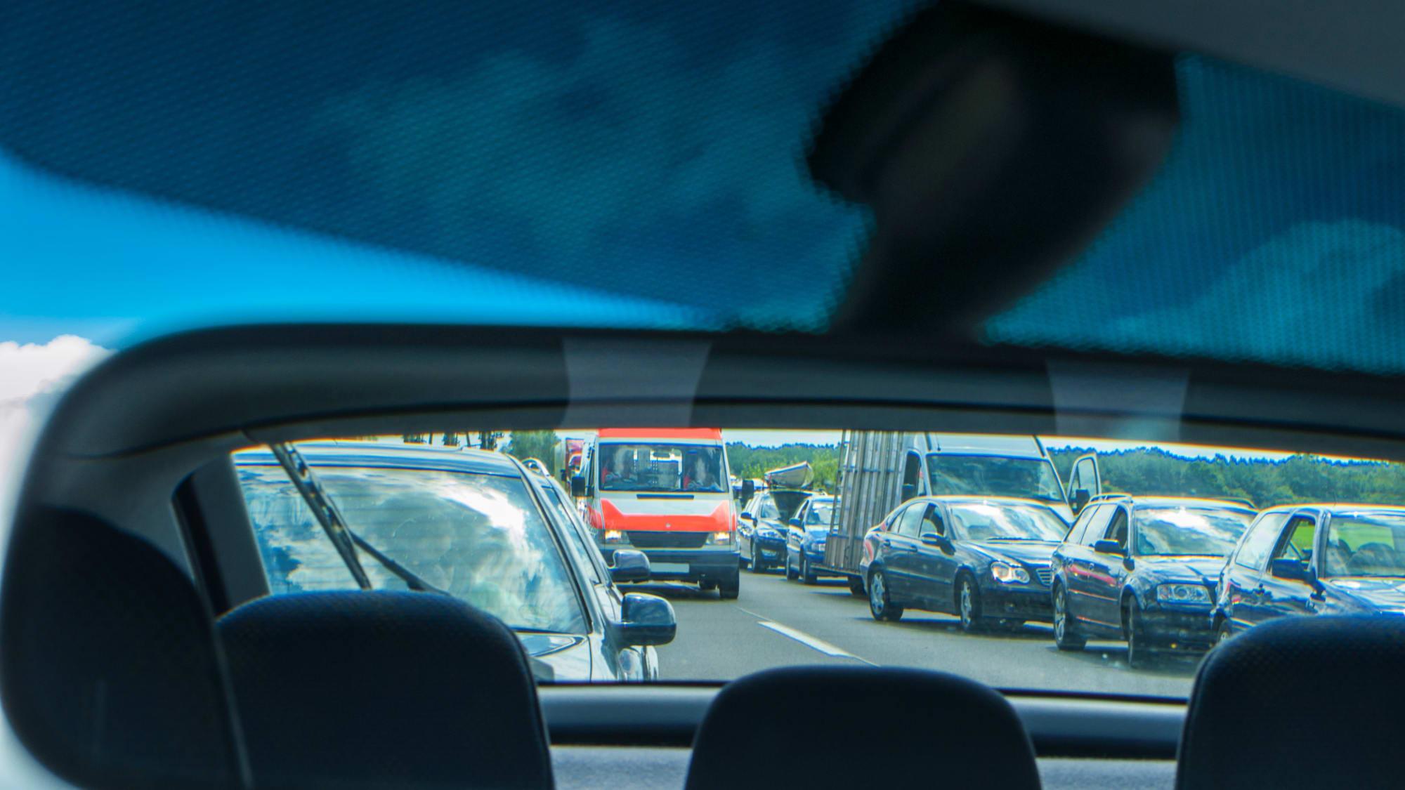 Rettungsgasse auf der Autobahn im rückspiegel