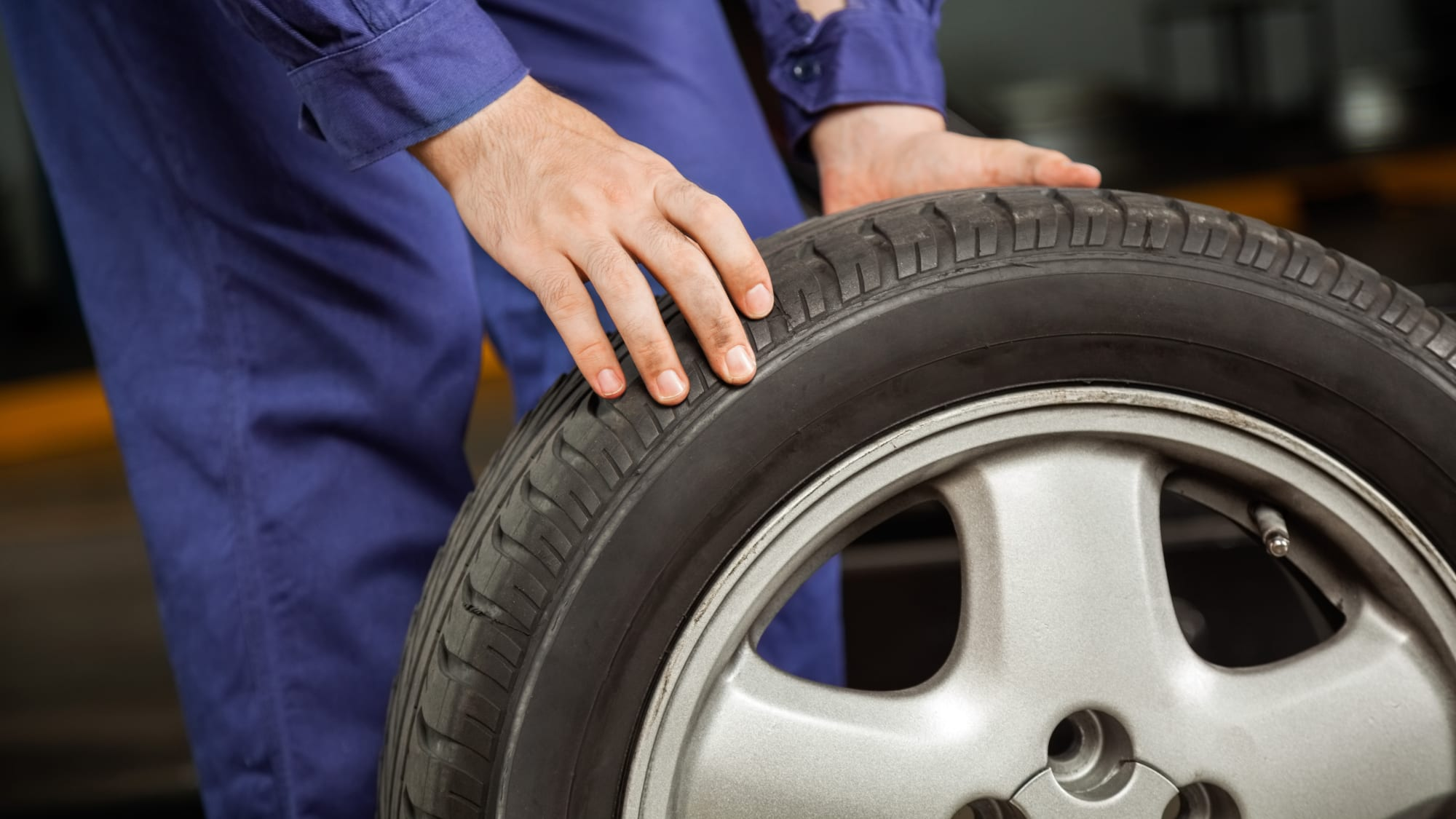 Mechaniker hält einen Reifen