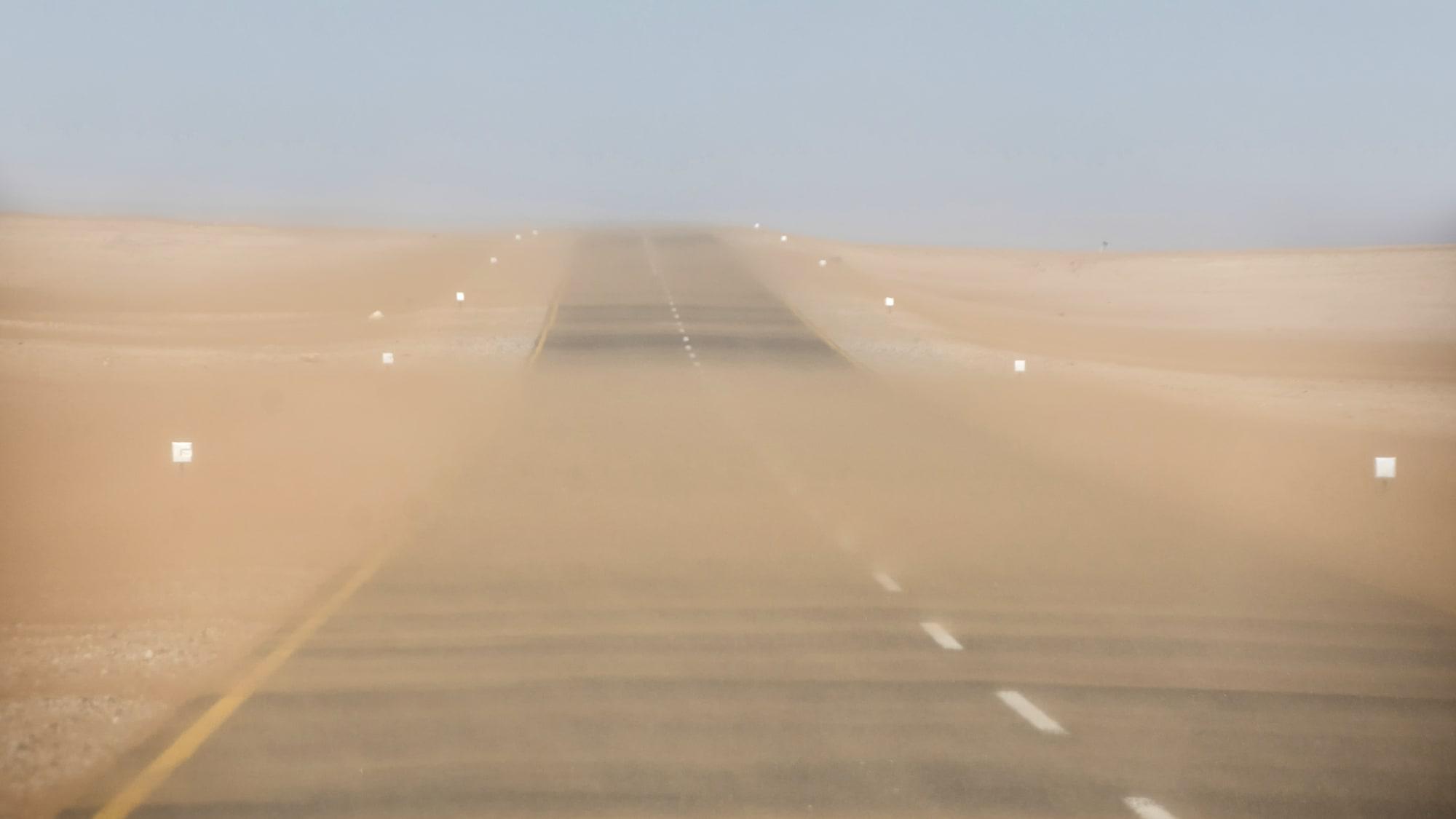 Schlechte Sicht auf einer einsamen Straße in Namibia wegen einem Sandsturm